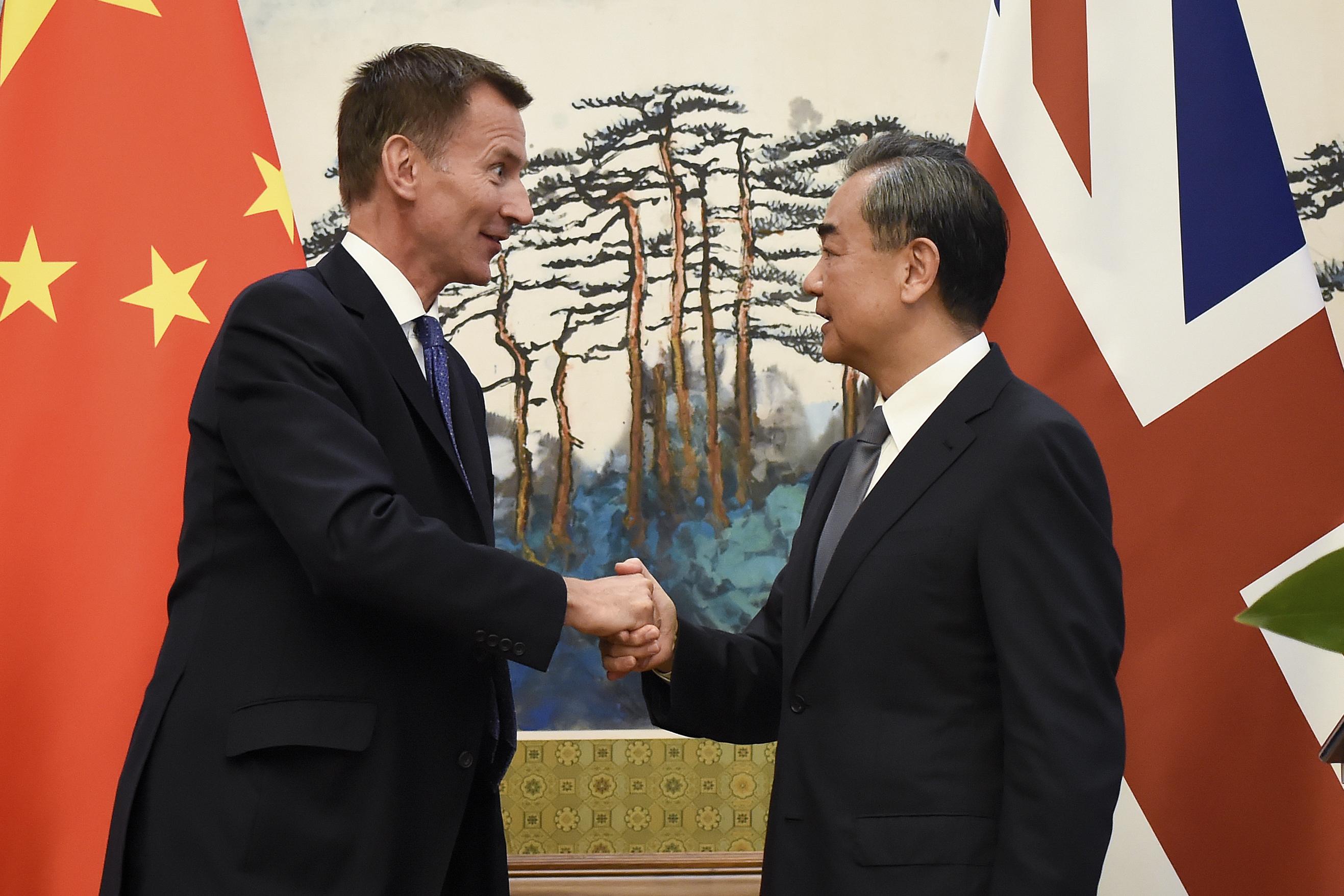 Az új brit külügyminiszter Pekingben japánozta le saját kínai nejét