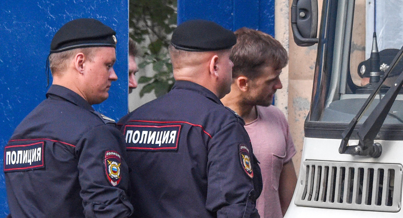 Kiengedték, majd újból letartóztatták a Pussy Riot vébédöntőn tüntető tagjait