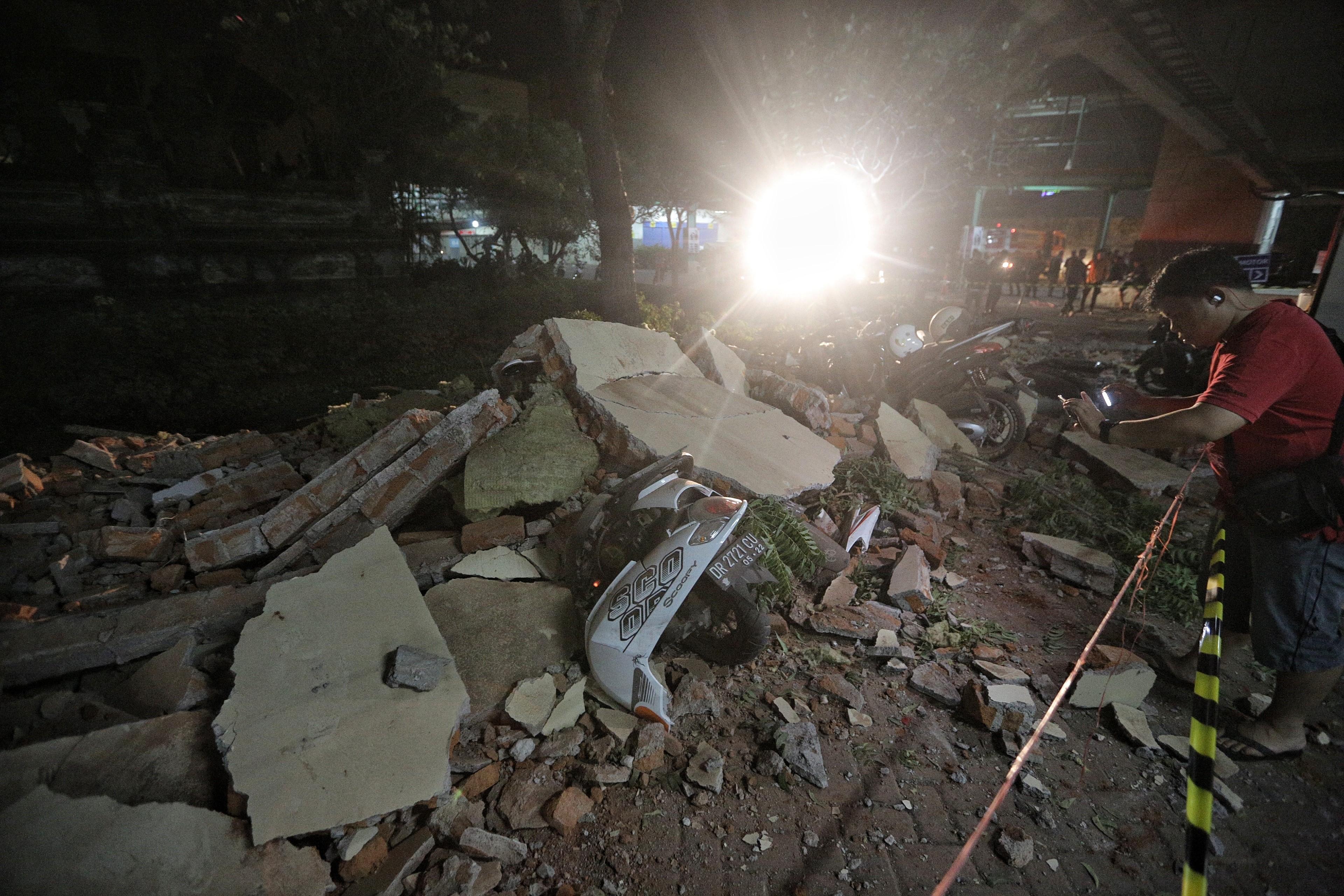 Földrengés az indonéziai turistaparadicsomban, legalább 142-en meghaltak