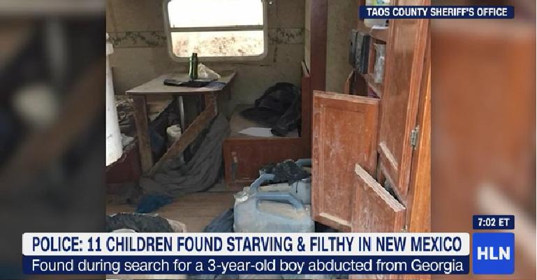 Irtózat az új-mexikói sivatagban: 11 éhező gyereket + 3 anyát tartott fogva 2 fegyveres egy földbe ásott lakóautóban