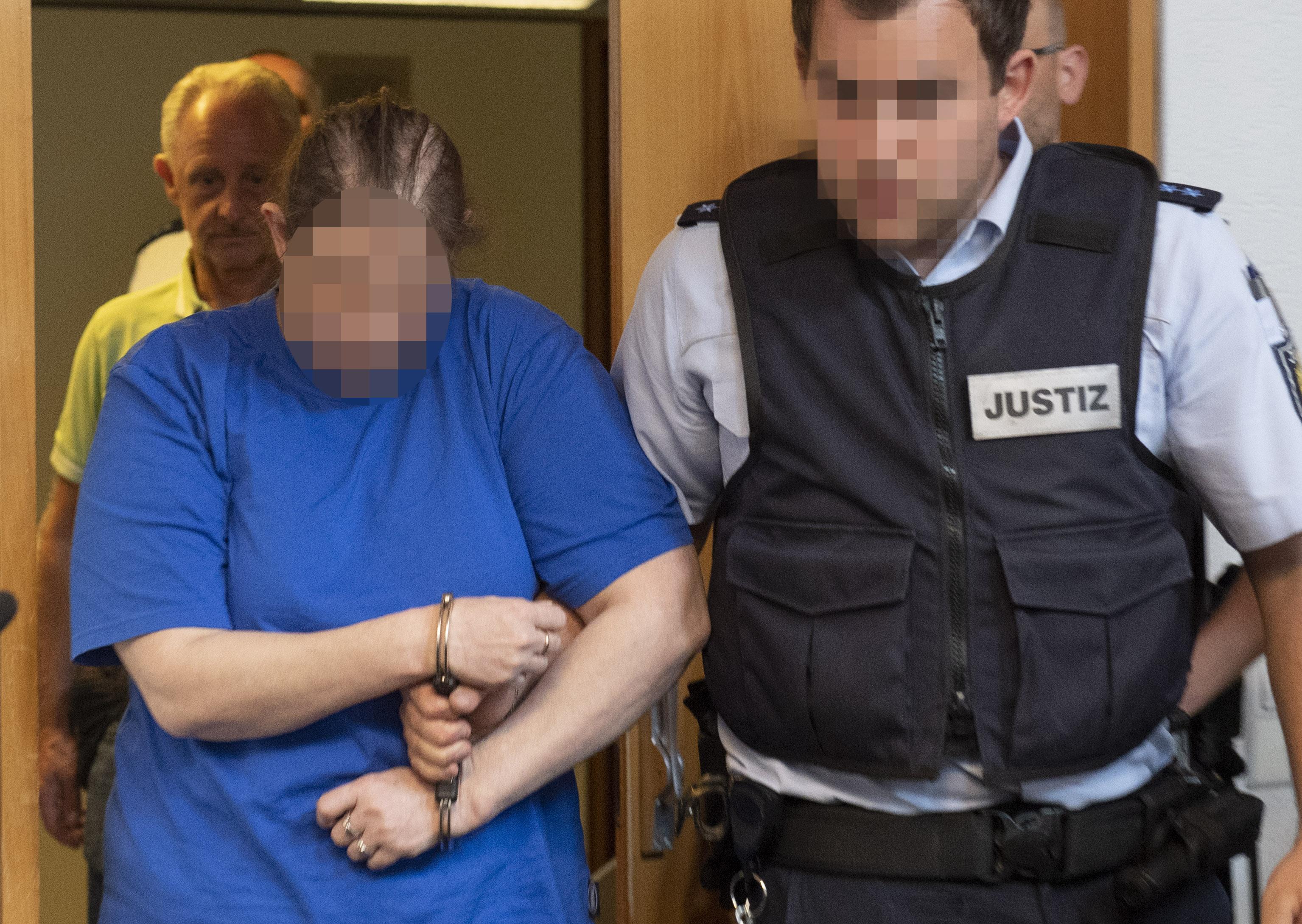 Tizenkét és fél évet kapott a német nő, aki pedofiloknak árulta  a saját fiát