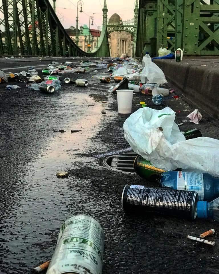 Így tört ki morális pánik egy félrevezető facebookos fotó miatt, ami a teleszemelt Szabadság hídon készült
