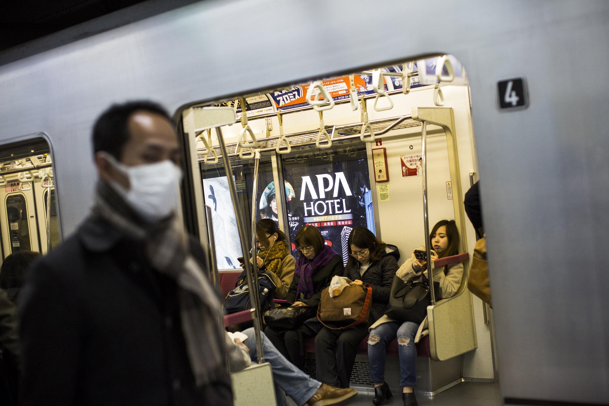 Odaszart egy srác a tokiói metróba, méghozzá nem akárhogy