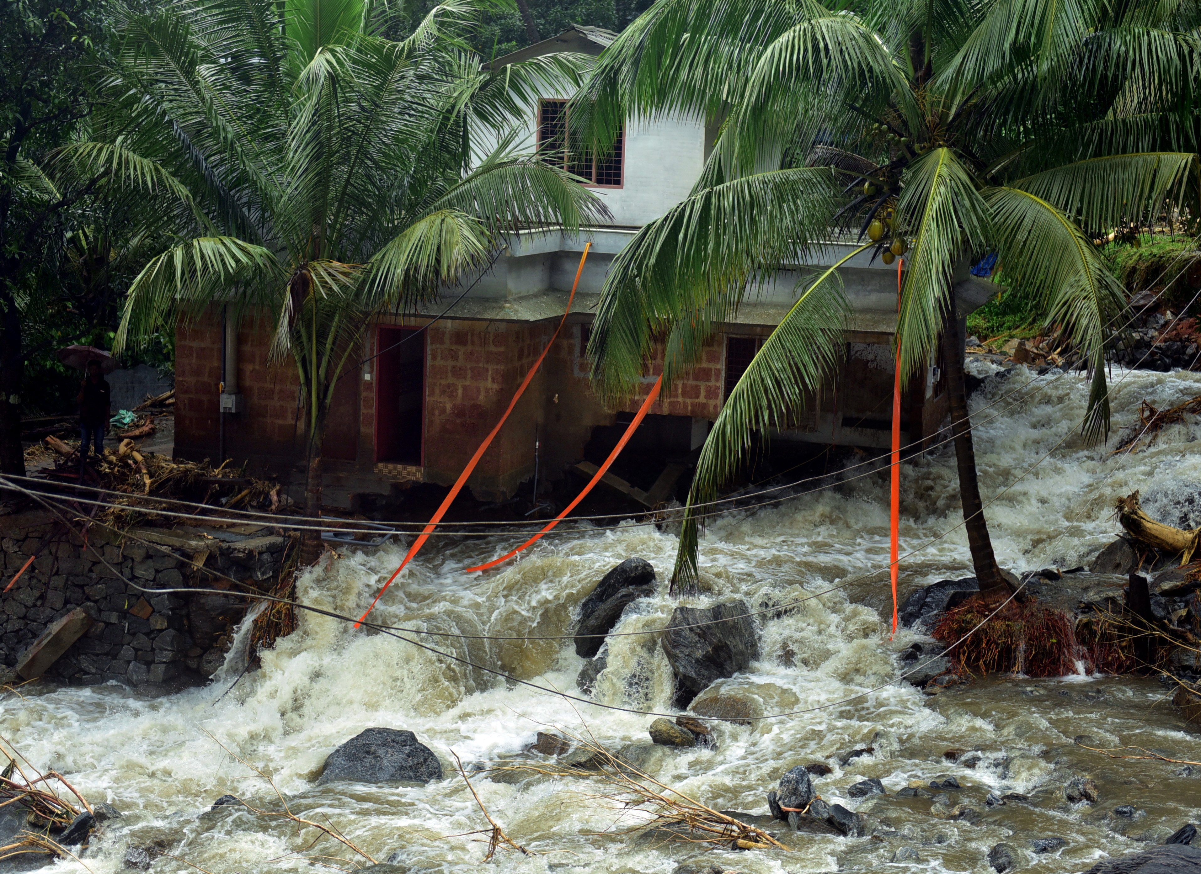 Hatalmas áradások pusztítanak a turisták körében is népszerű indiai Keralában