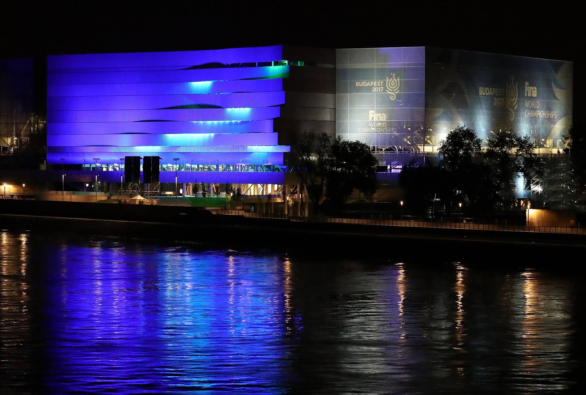 Elvakítja a lakókat a Duna Aréna éjszakai neonkék kivilágítása