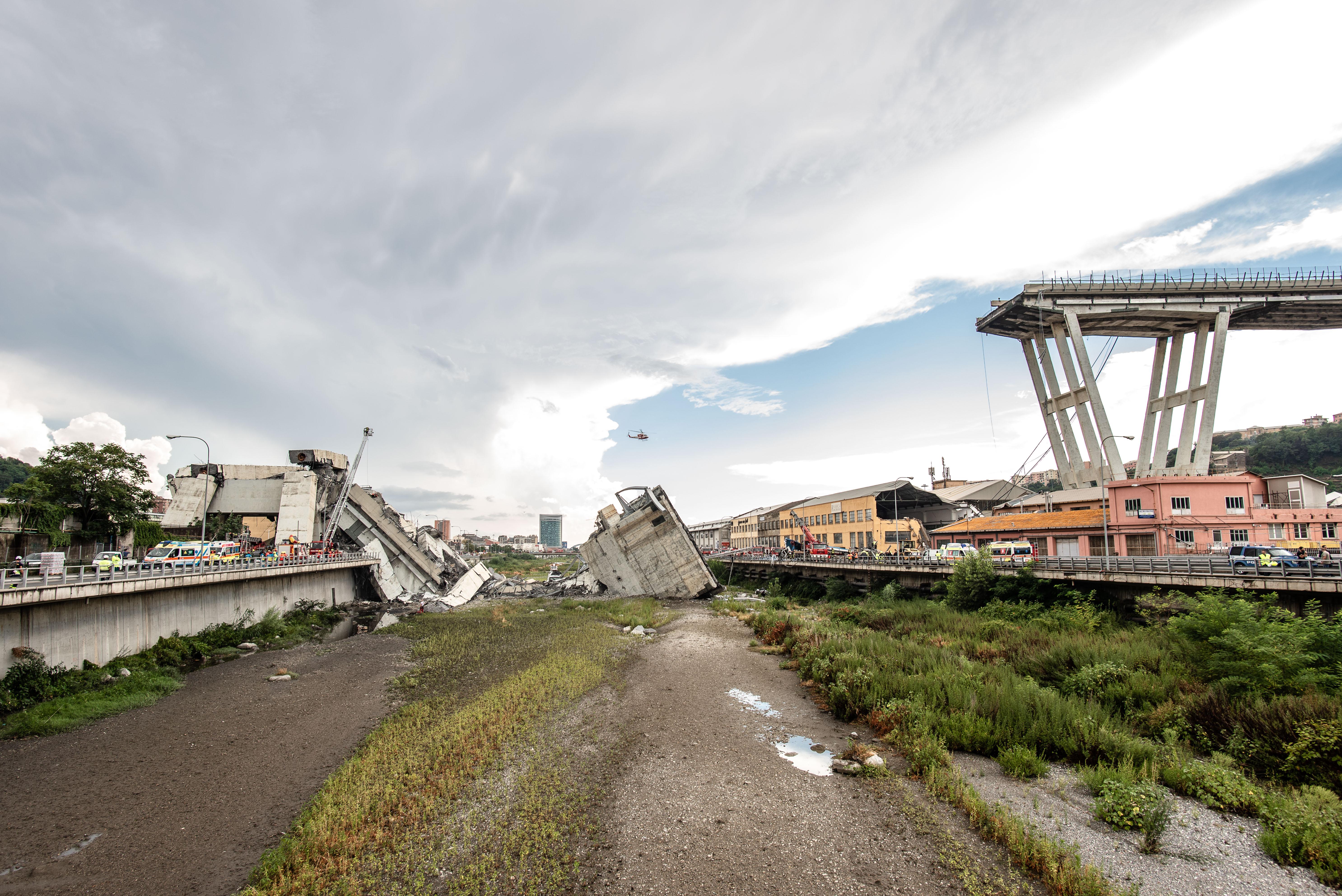 Genovában attól tartanak, hogy a híd további részei omlanak még le