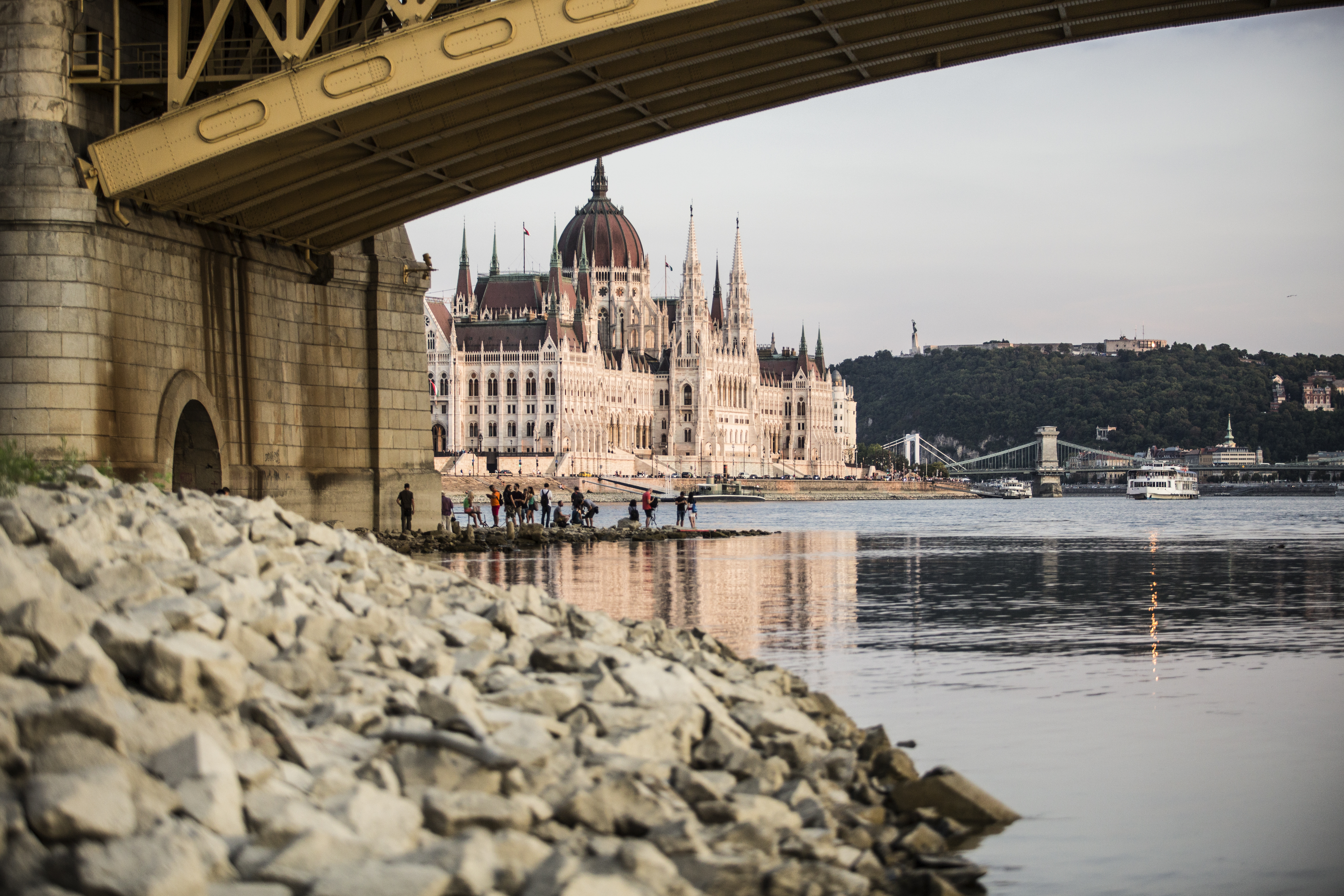 Kiskorú prostituáltakat futtattak a Duna-korzón, börtönbe kerültek