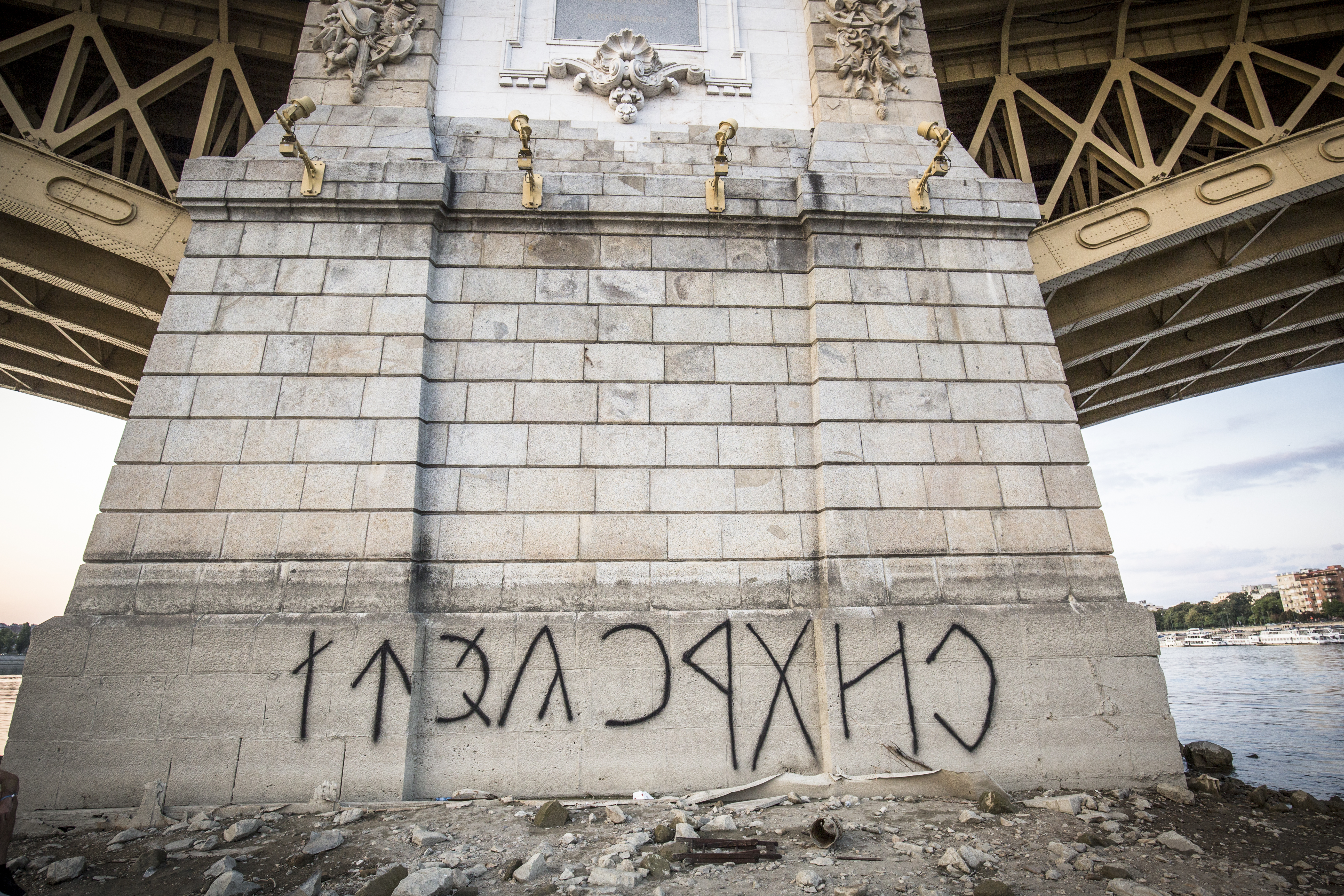 Kiderült, miért mossák le szinte rögtön, ha valaki felírja a falra, hogy Orbán egy geci