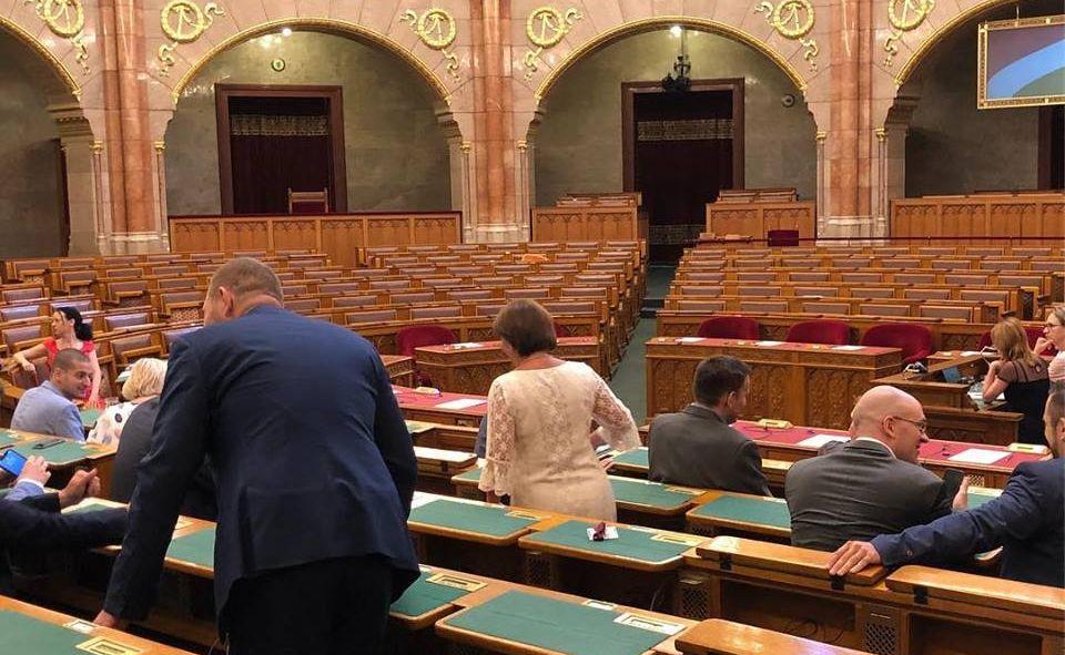 Megérkeztek a fideszes képviselők a parlament pénteki, rendkívüli ülésére