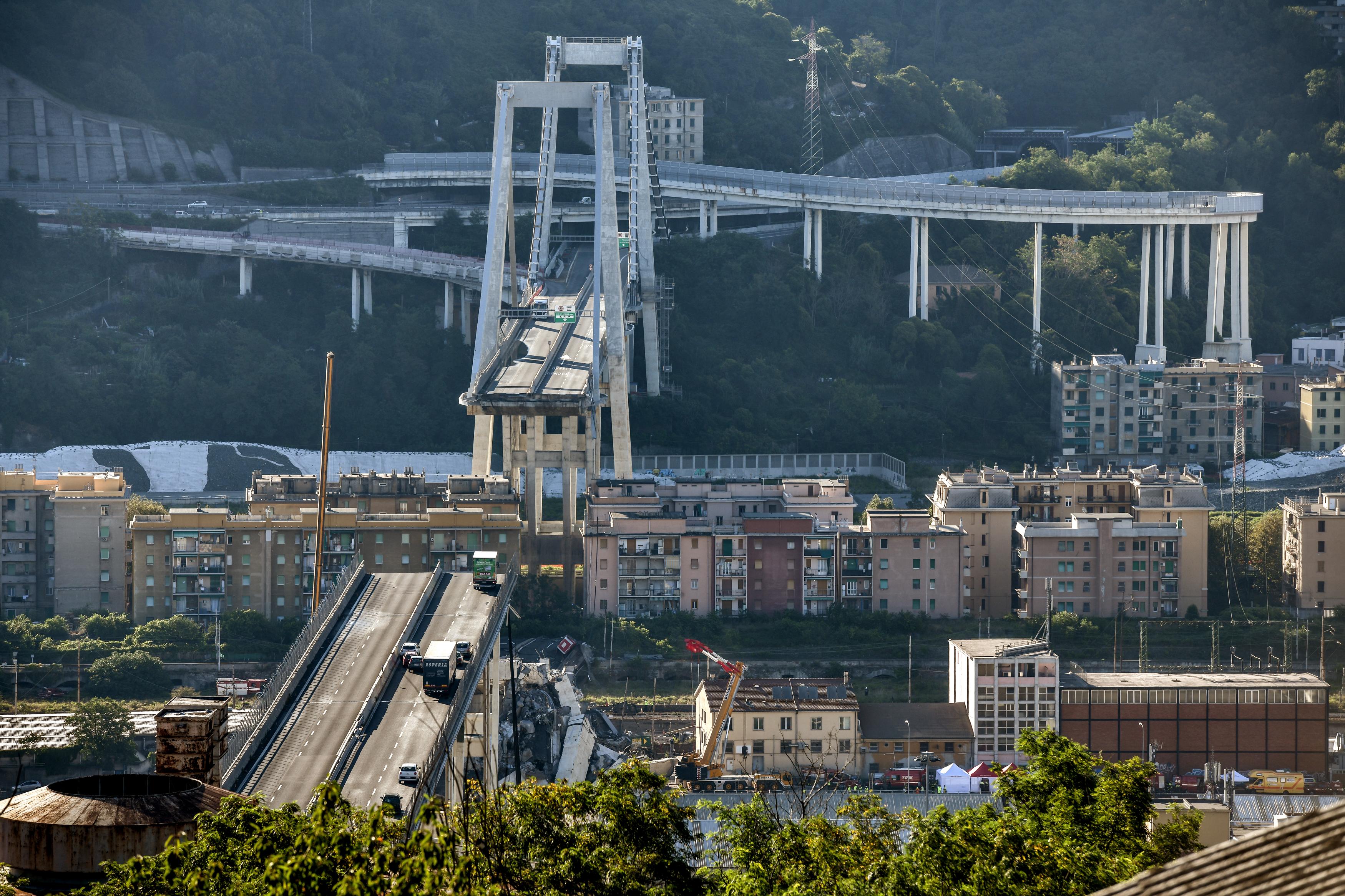Újabb három holttestet találtak a genovai híd romjai alatt