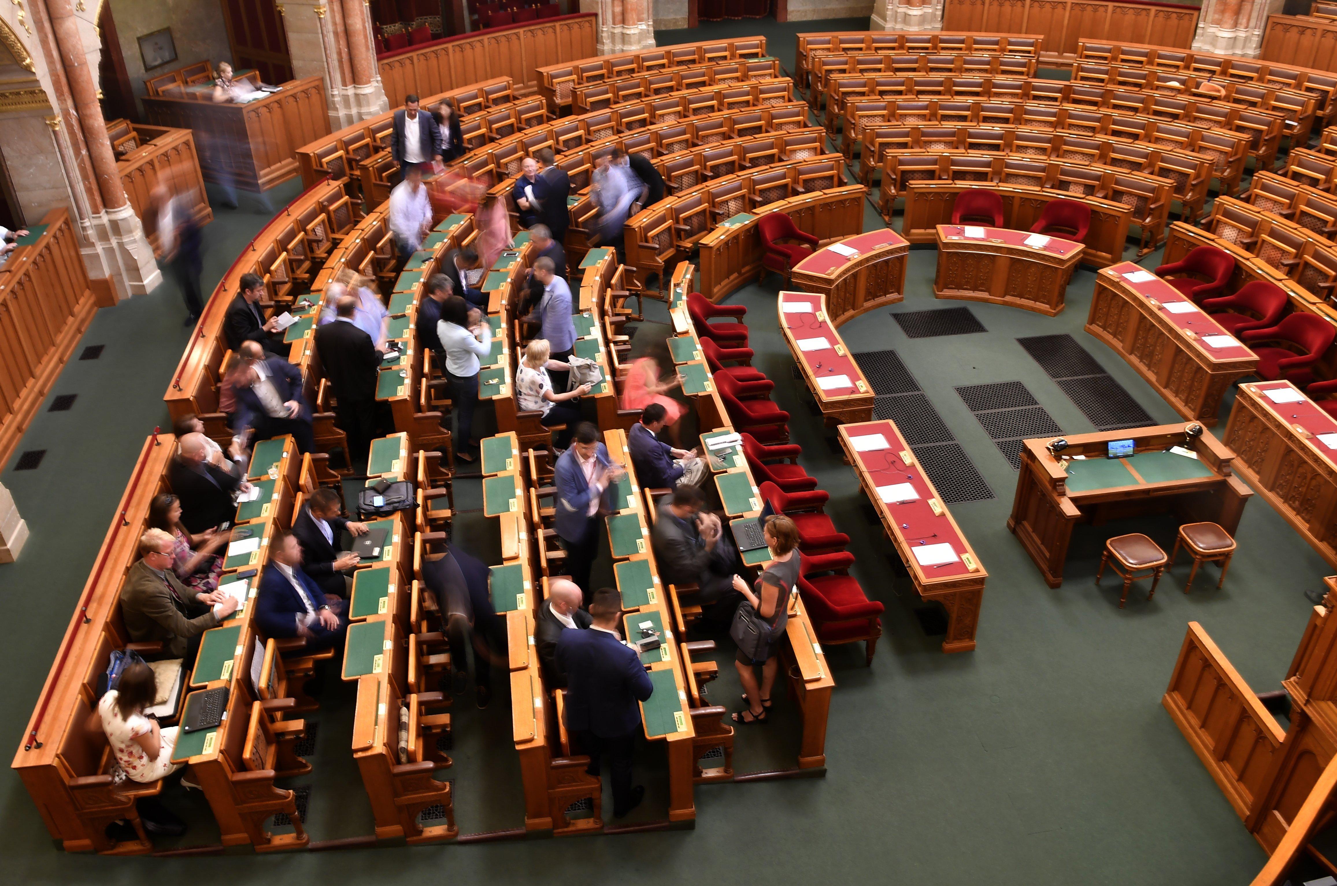 Bojkottálja a Fidesz a túlóratörvény miatt összehívott rendkívüli ülésnapot
