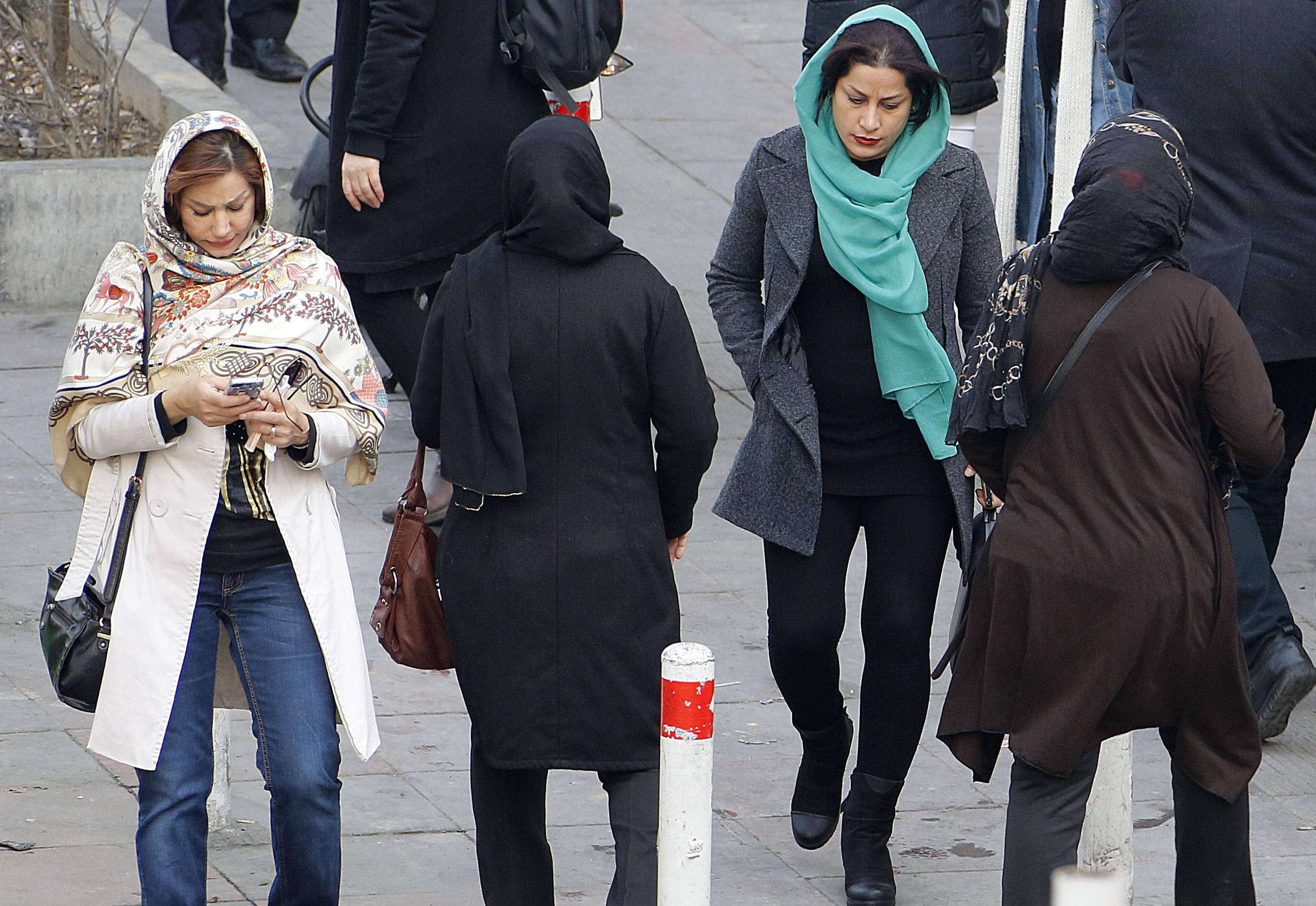 Levetették az iráni nők kendőjét a tbiliszi reptéren