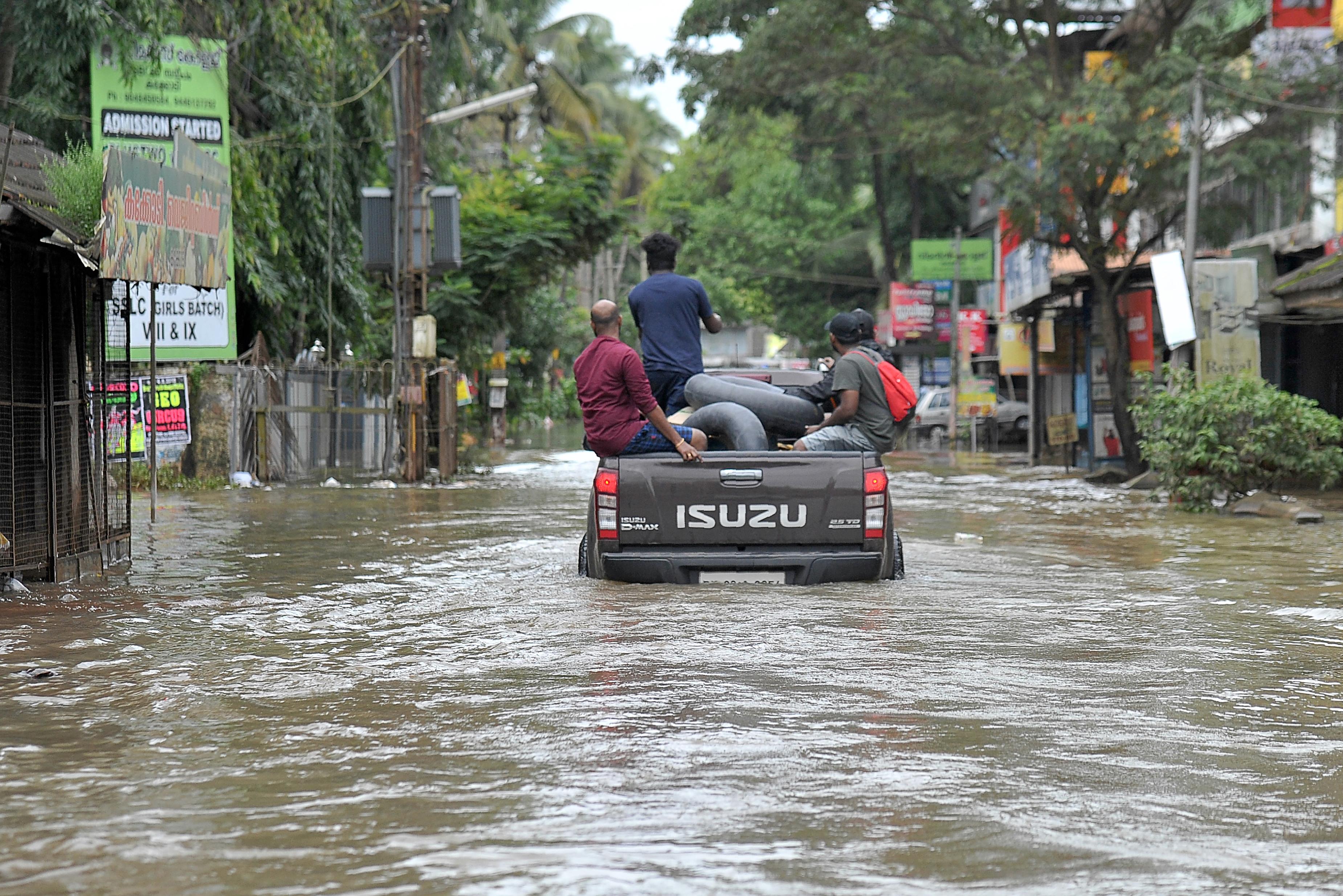 800 ezer ember veszítette el az otthonát Indiában az özönvíz miatt