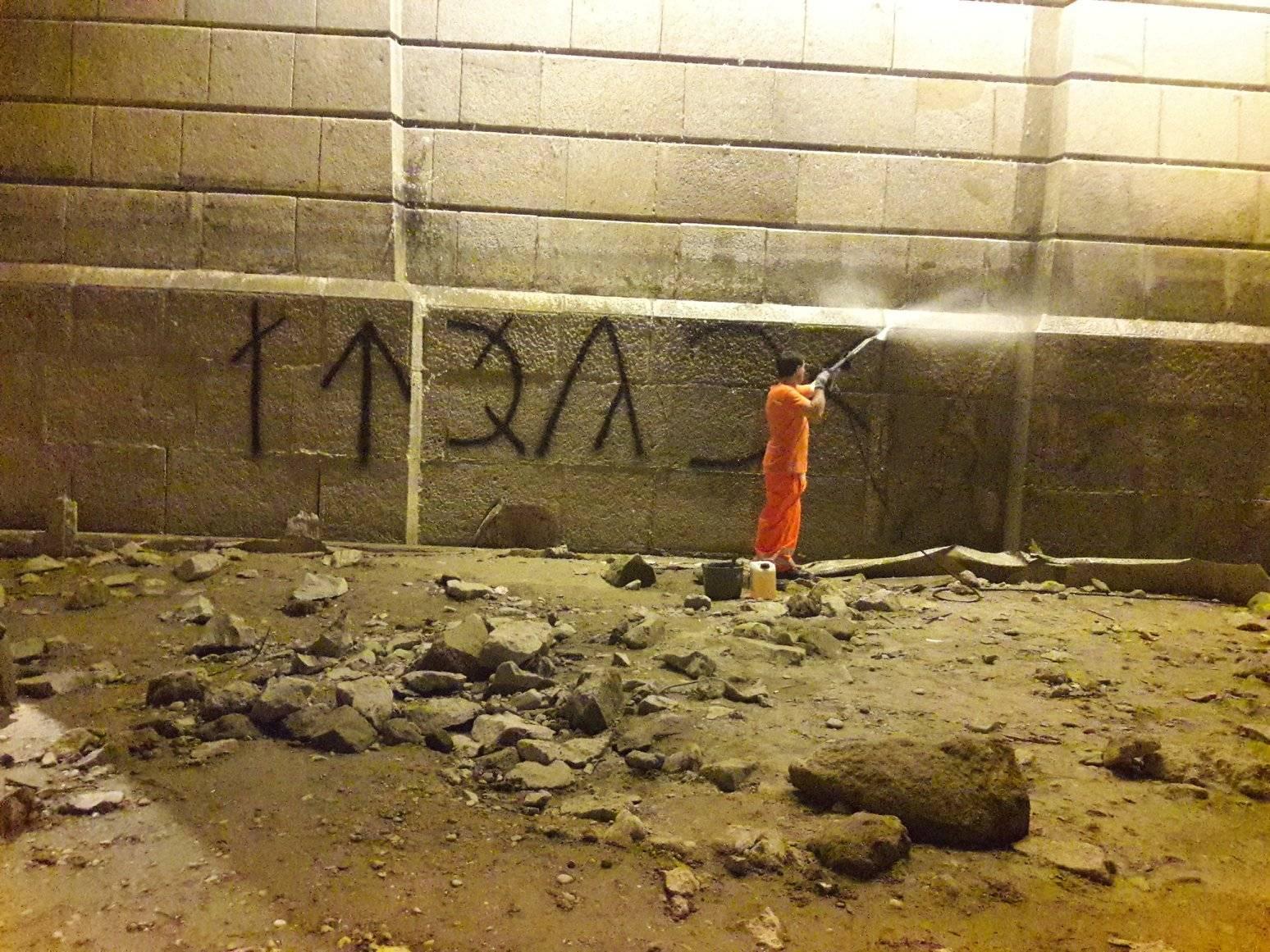 Miután kiderült, hogy a Margit hídra felfújt rovásírás Orbánt szidja, hamar letakarították a feliratot