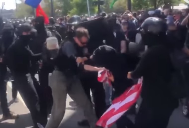 Amerikai zászlót vitt a tiltakozásra, antifasiszta tüntetőtársai ütötték le