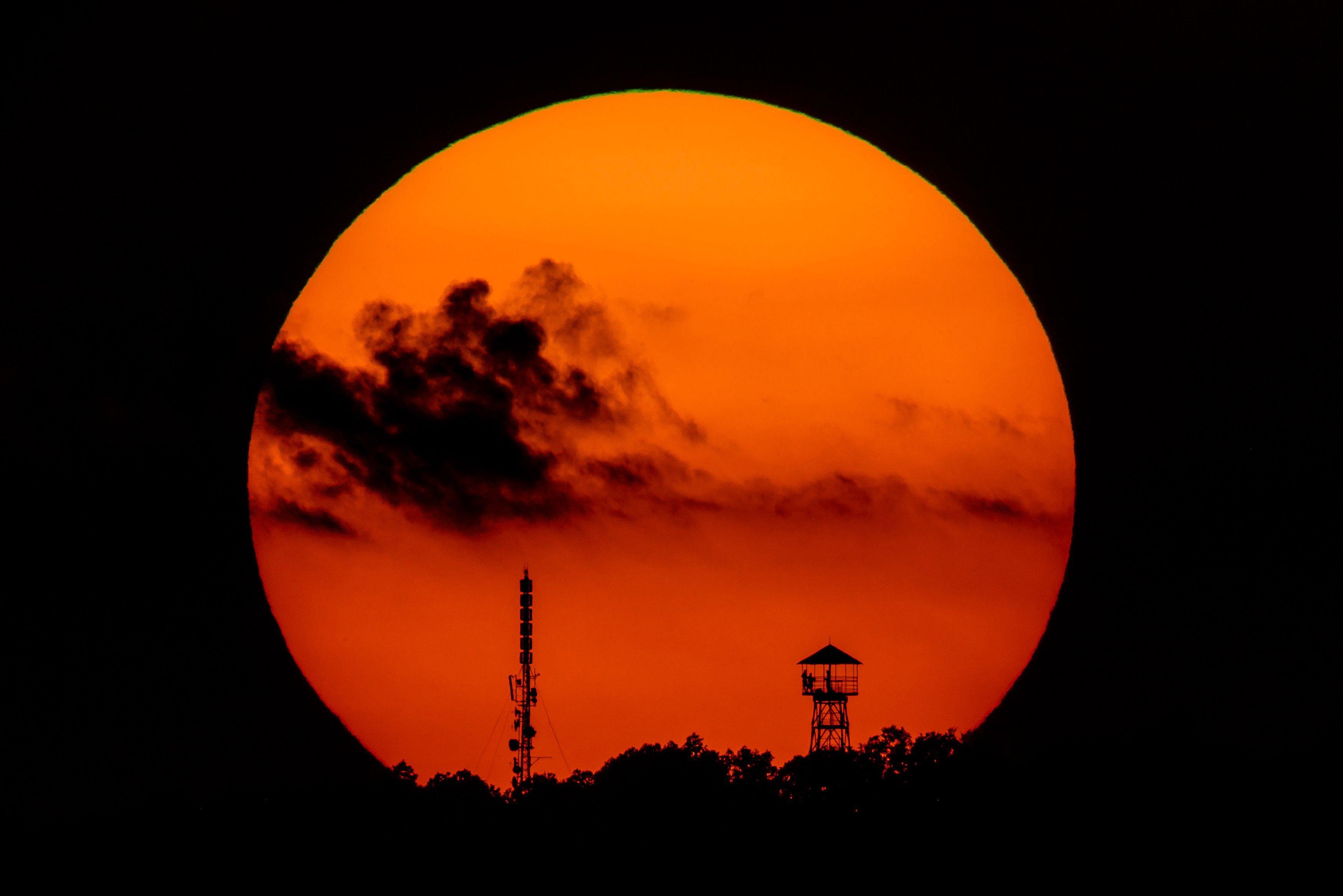 Elég nagy formában van a Salgótarjánnál lenyugvó Nap