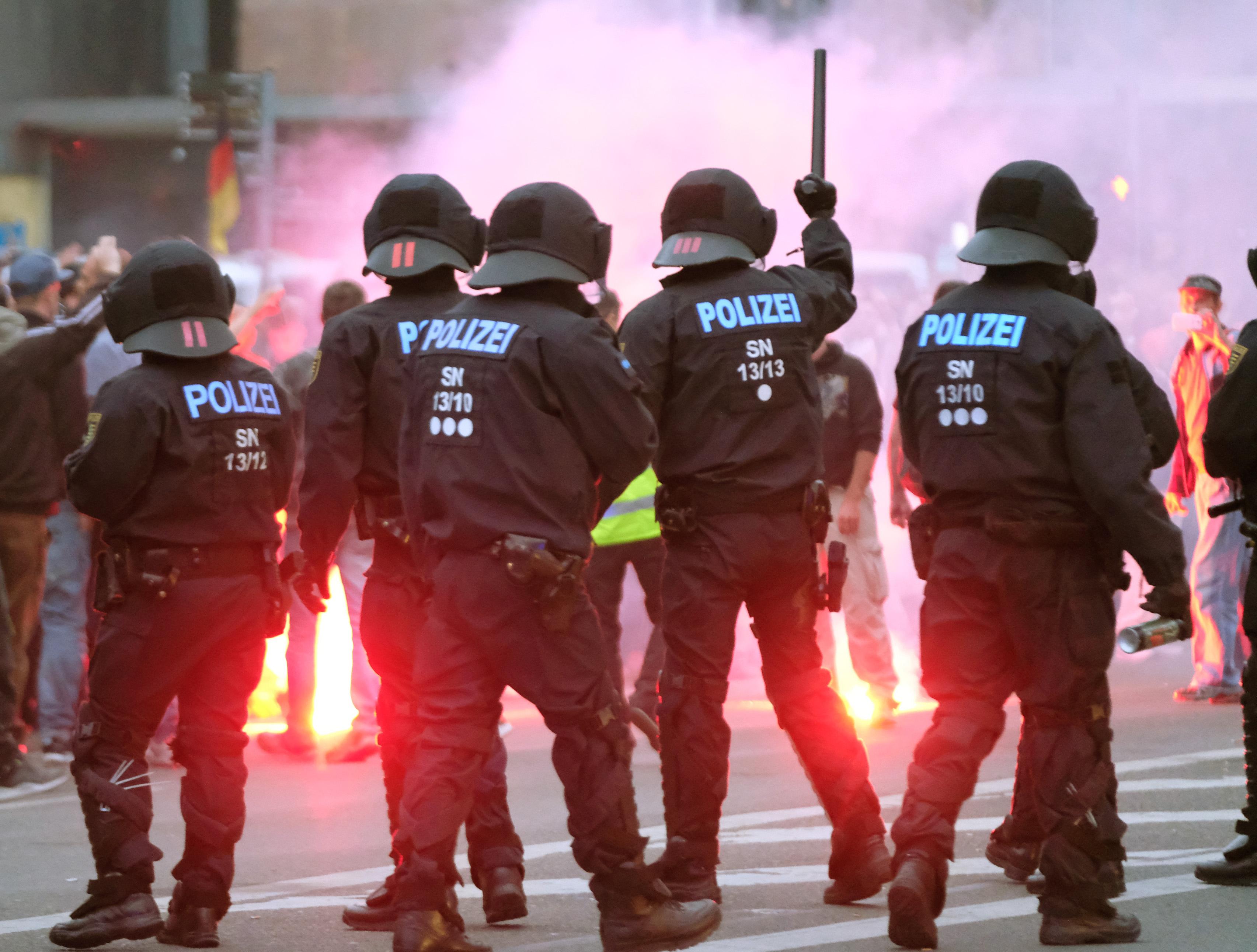 Feszült a helyzet Chemnitzben: szélsőjobbos és antináci tüntetők csaptak össze a vasárnapi késelés után