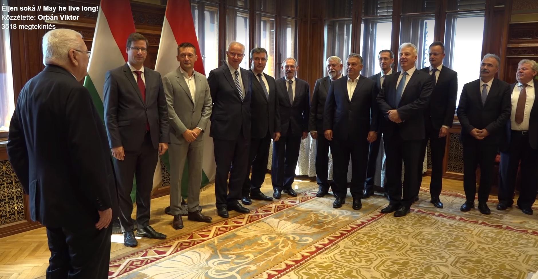 Ünnepi kórussá alakult a teljes magyar kormány