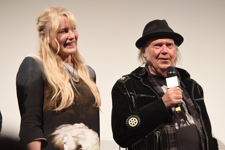 Neil Young és Daryl Hannah összeházasodott Kaliforniában