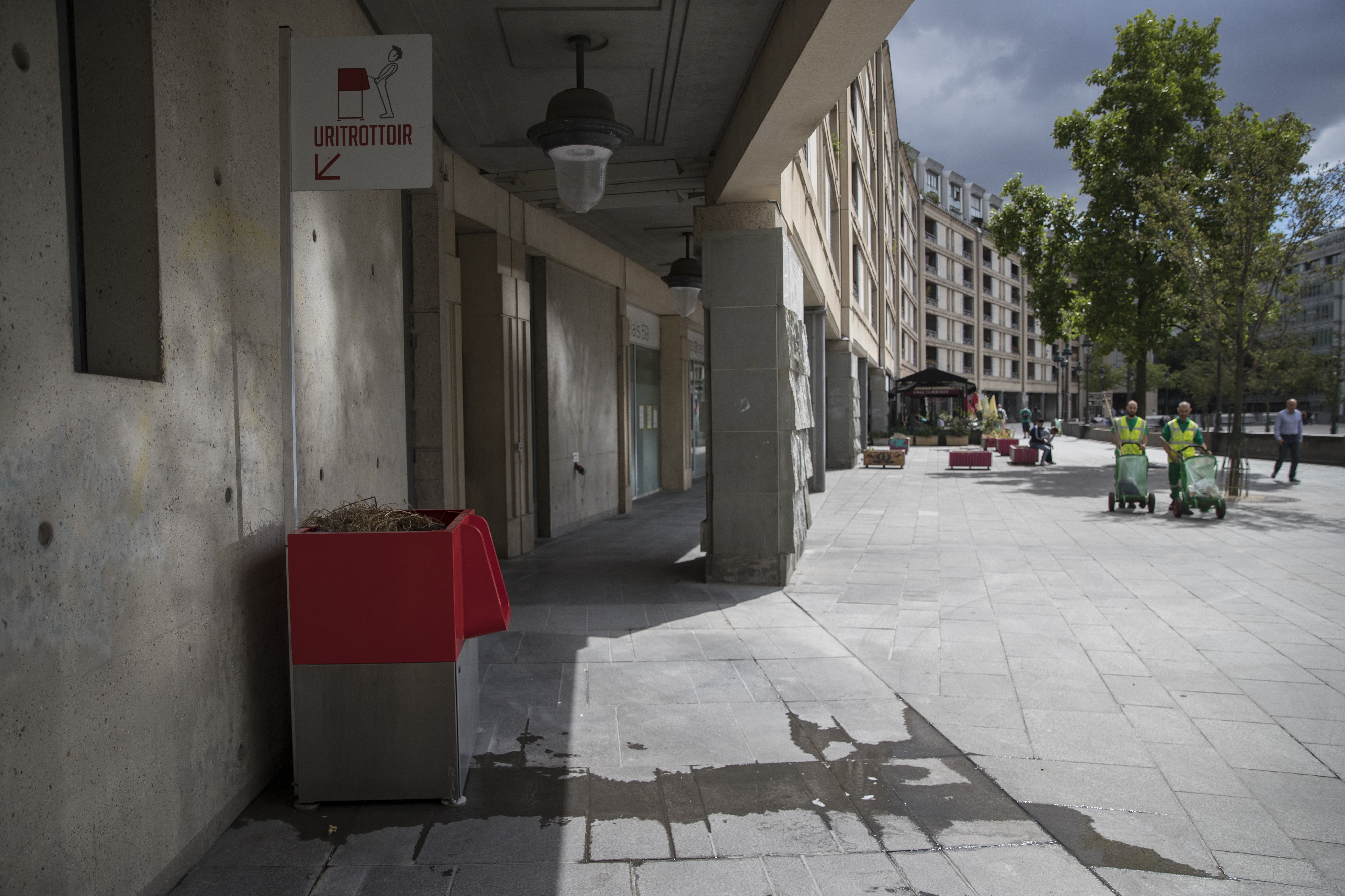 Párizsban feminista aktivisták betonnal tömítették el a nyilvános pisáldákat