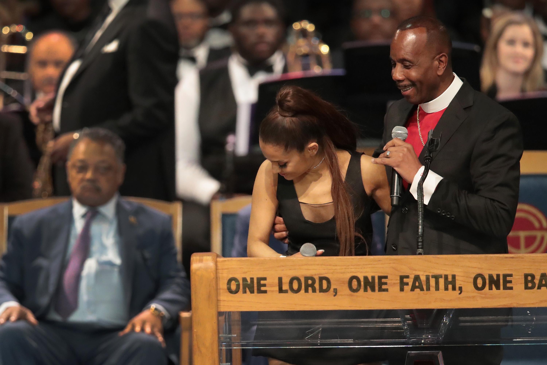 Megfogdosta a püspök Ariana Grande mellét Aretha Franklin temetésén, aztán inkább bocsánatot kért