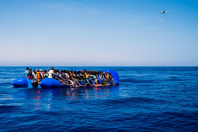 Százan fulladtak meg a Földközi-tengeren egy leeresztett csónak miatt