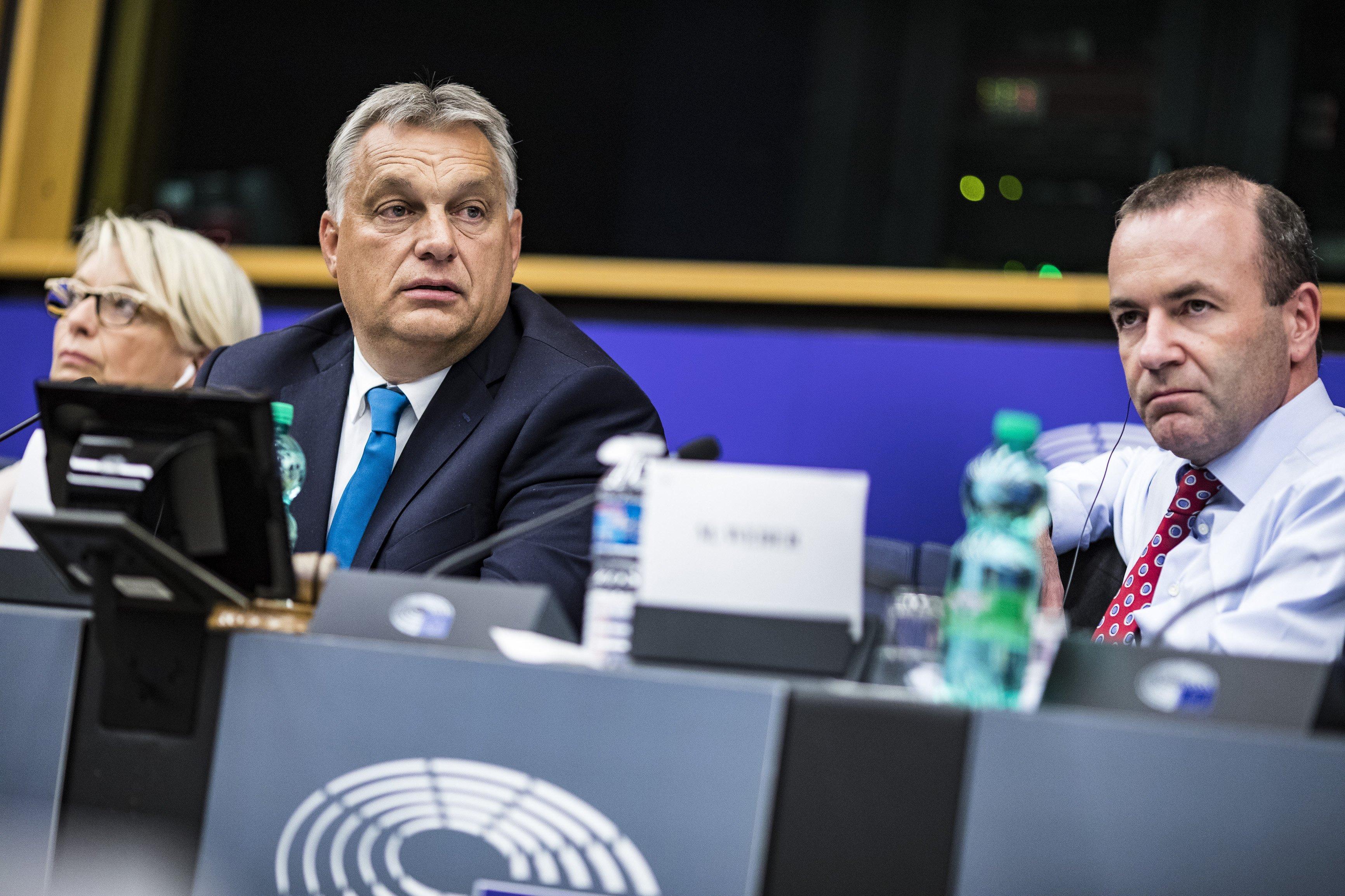 Itt a levél, amiben Orbán belengeti a kilépést a Néppártból