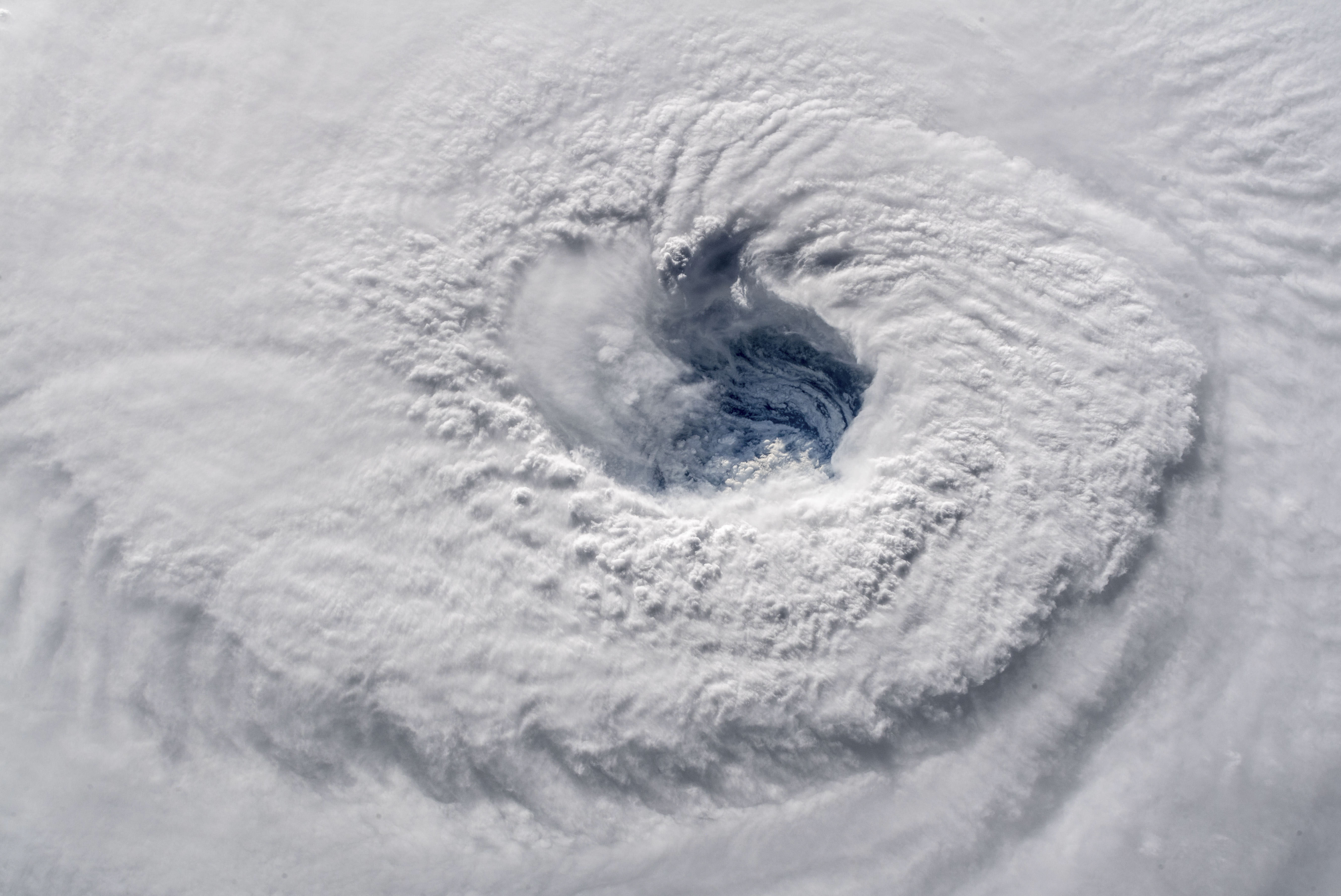 Trump többször is komolyan rákérdezett, hogy nem kéne-e atomot dobni a hurrikánokra