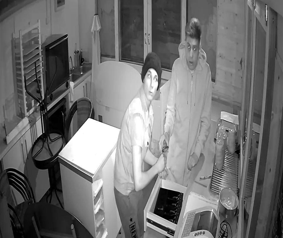 Tökéletes kép a pillanatról, amikor a nyíregyházi kürtöskalács-tolvajok rájönnek, biztonsági kamera veszi őket a rablás közben