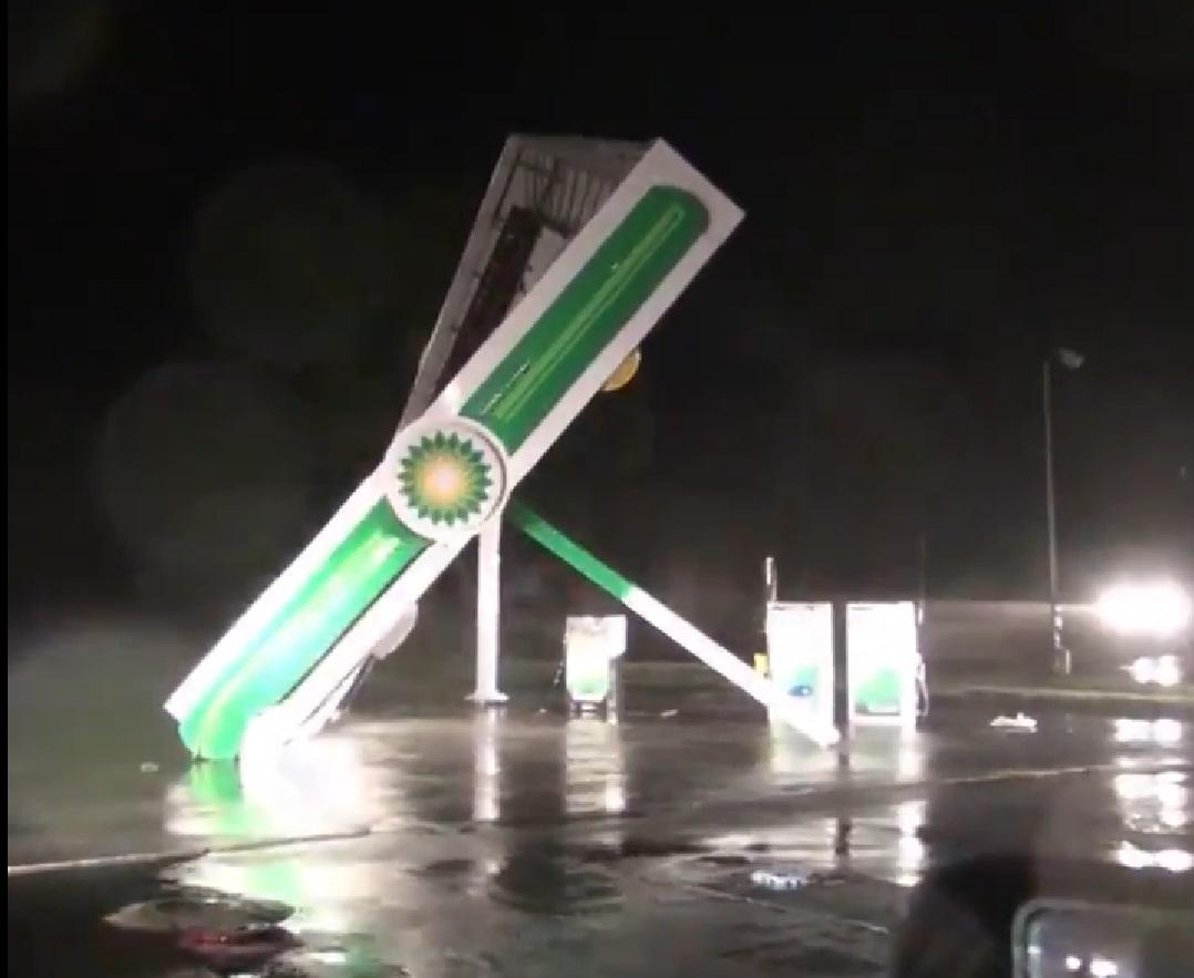 Úgy tépi szét a Florence hurrikán a benzinkutakat, mintha papírból lennének