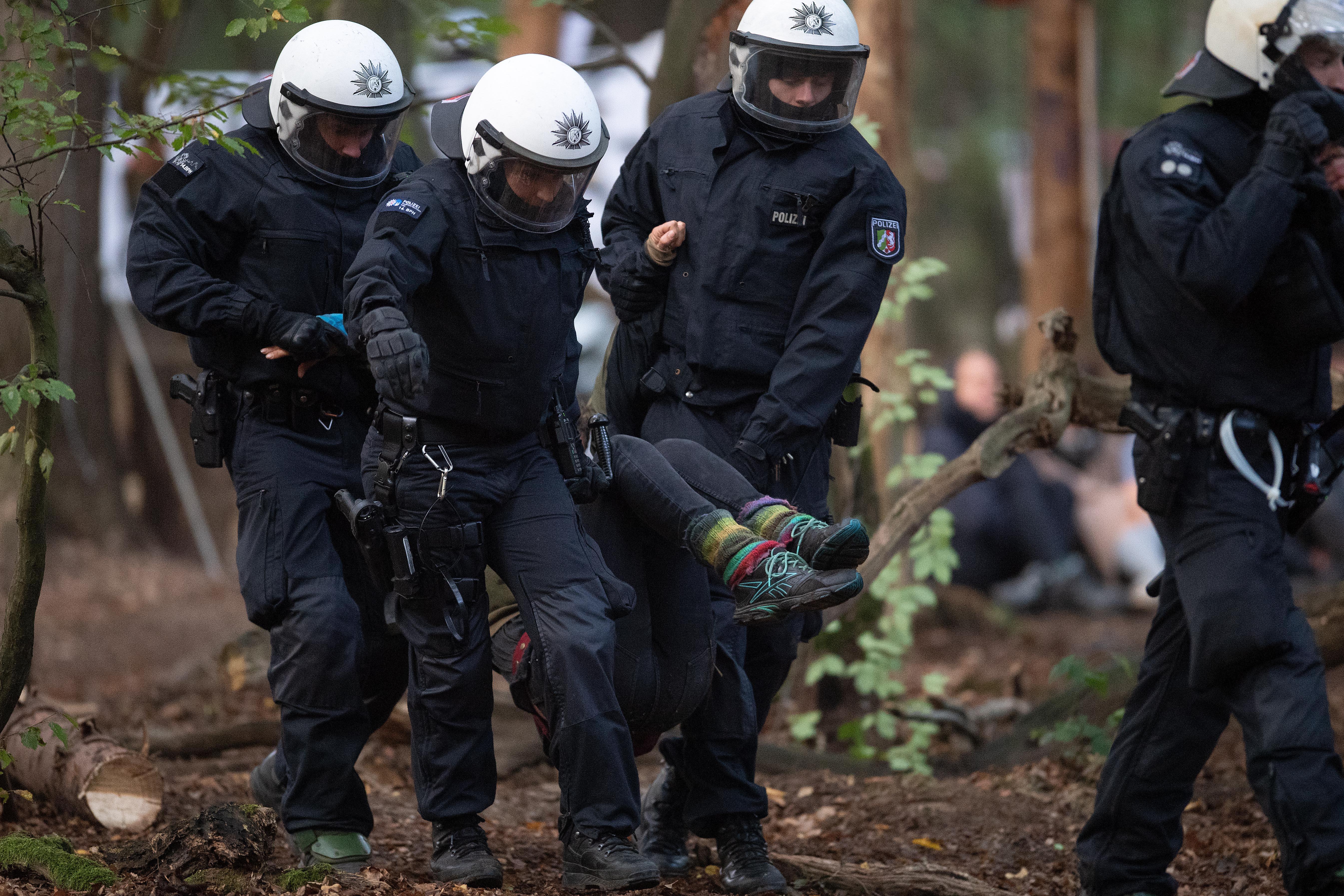 Rohamrendőrök szorítják ki a 12 ezer éves erdőt védő aktivistákat Németországban