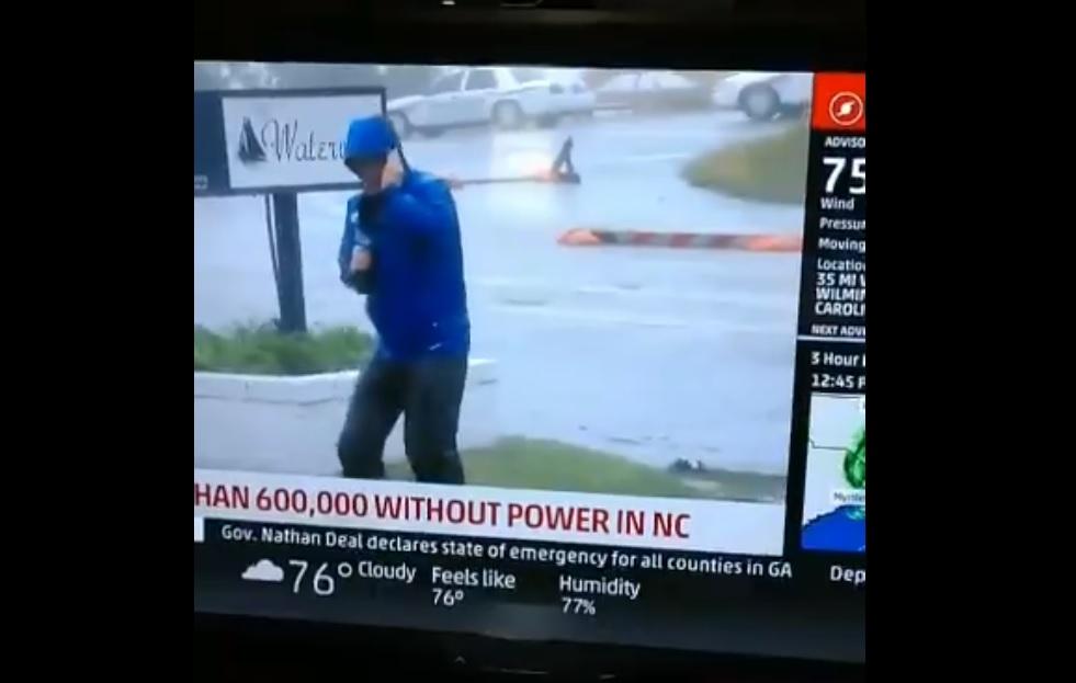 Kissé túltolta az időjárás-jelentést a hurrikánról a riporter, két járókelő látványosan lebuktatta