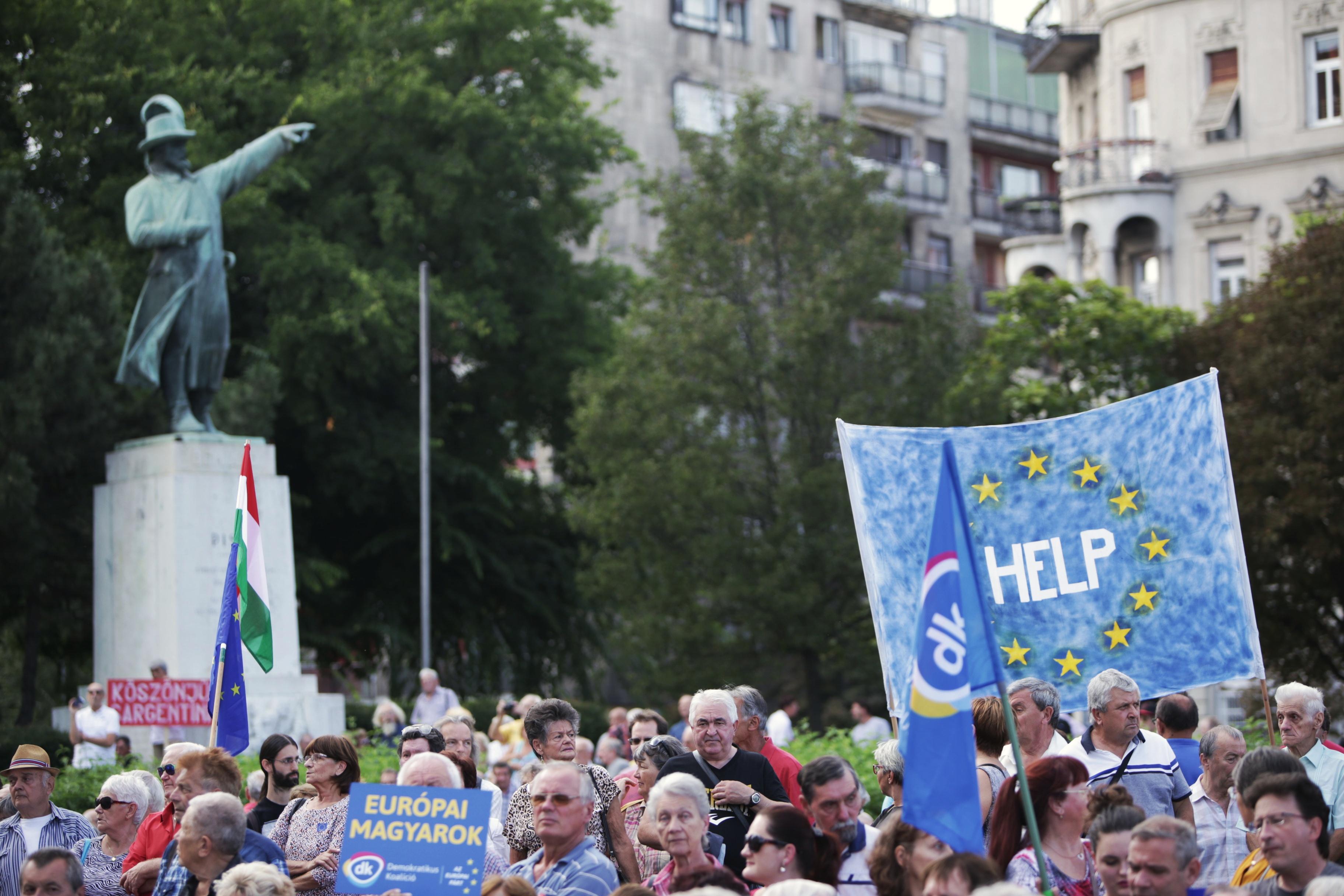 Néhány ezren demonstráltak a kormány ellen a Bem téren