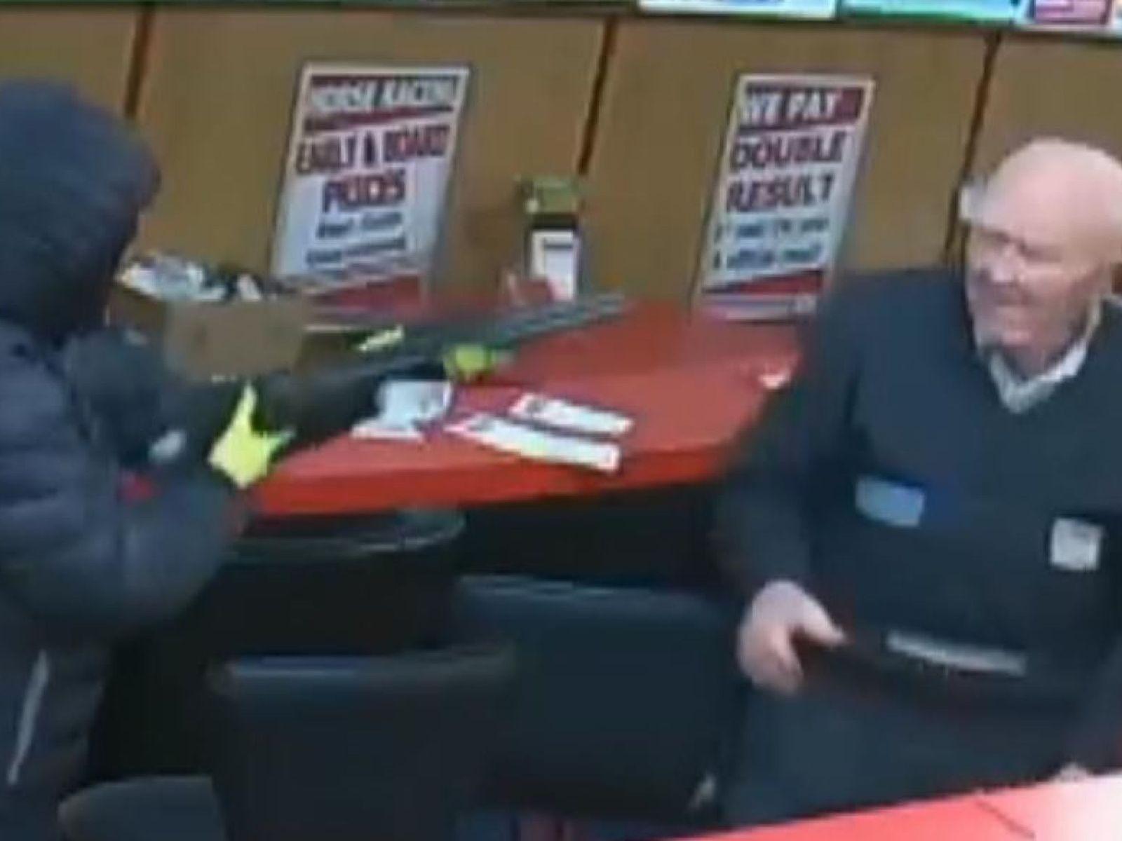 83 éves férfi segített kizavarni a fegyveres rablókat egy lóversenyirodából Írországban