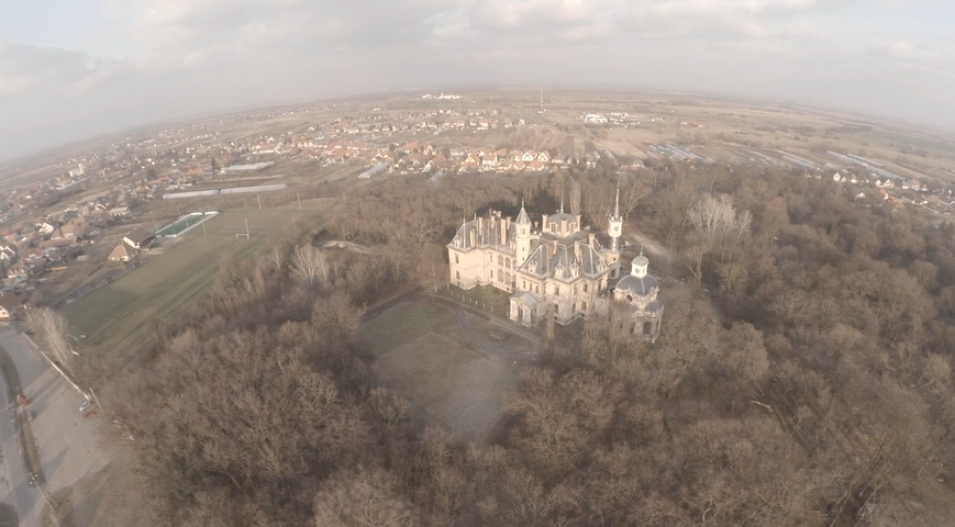 Drónról mutatják meg Orbán vejének kastélyát, szállodáit és villáit