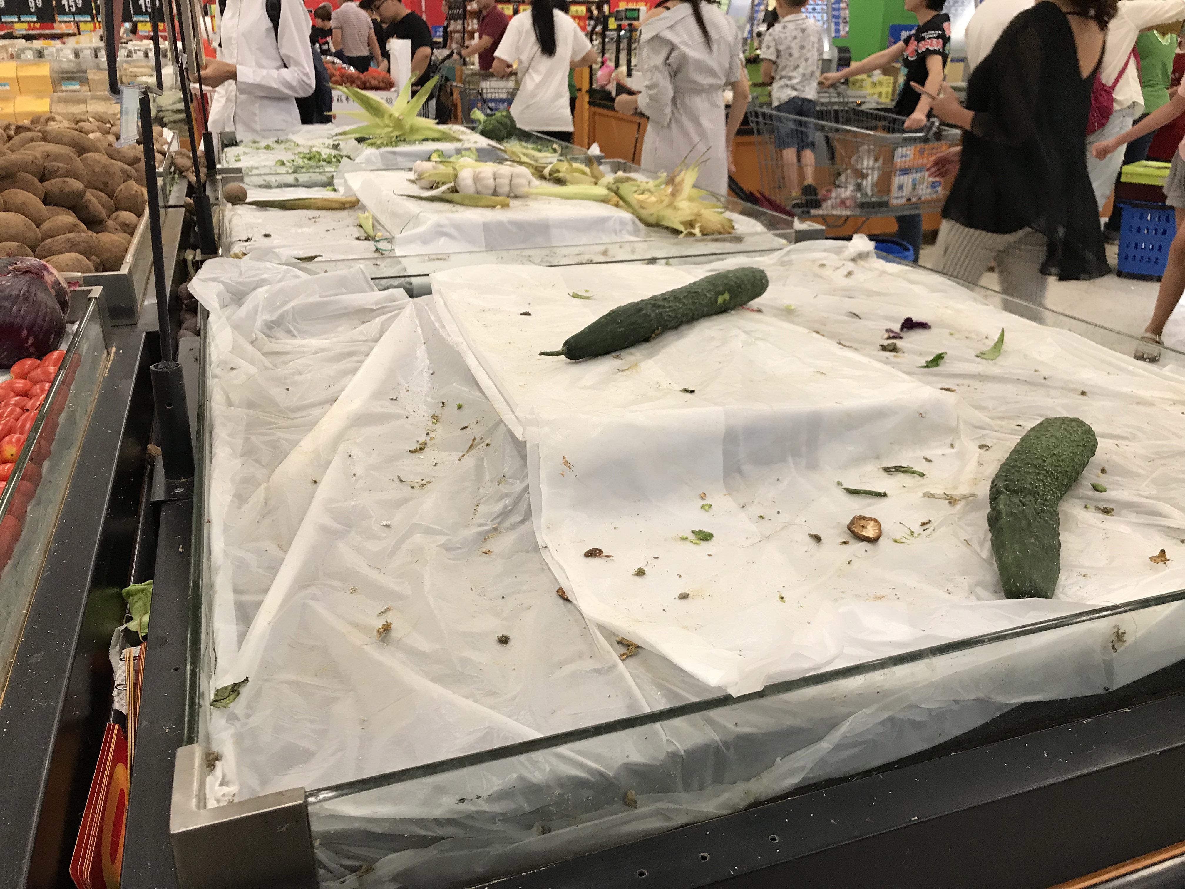 Thriller: Egy amerikai férfi a seggéhez dörzsölte a gyümölcsöket a boltban, aztán visszarakta őket a polcra