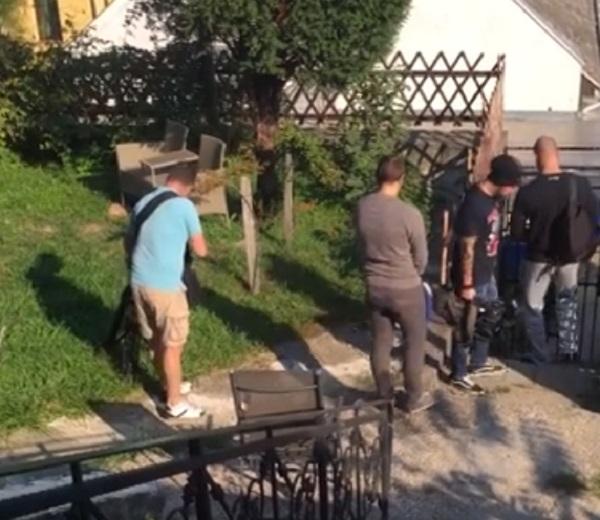Hadházyék feljelentik a TV2 operatőreit, amiért betrappoltak a kertjükbe