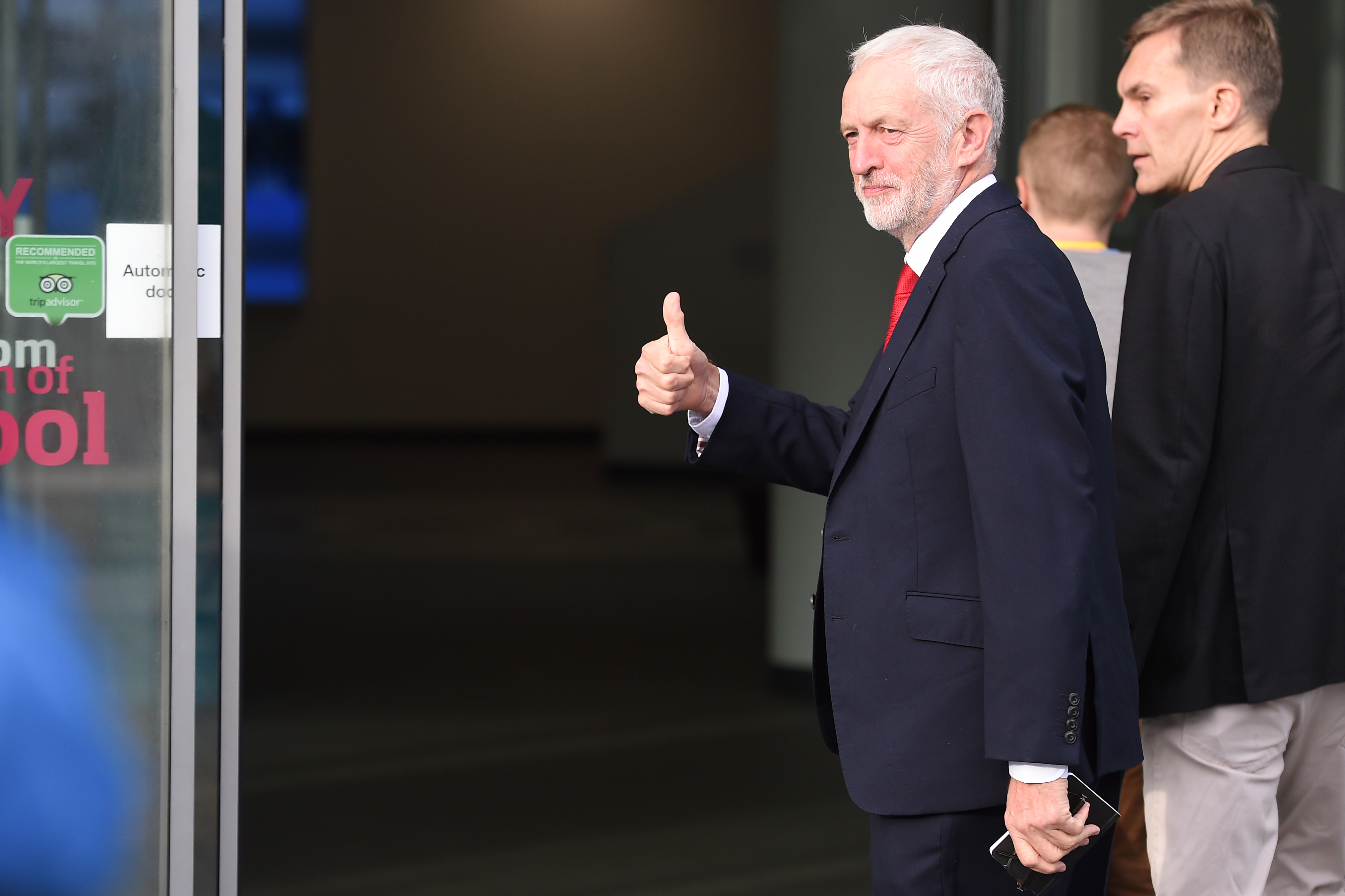 Jeremy Corbyn nem akarja megbuktatni Theresa Mayt