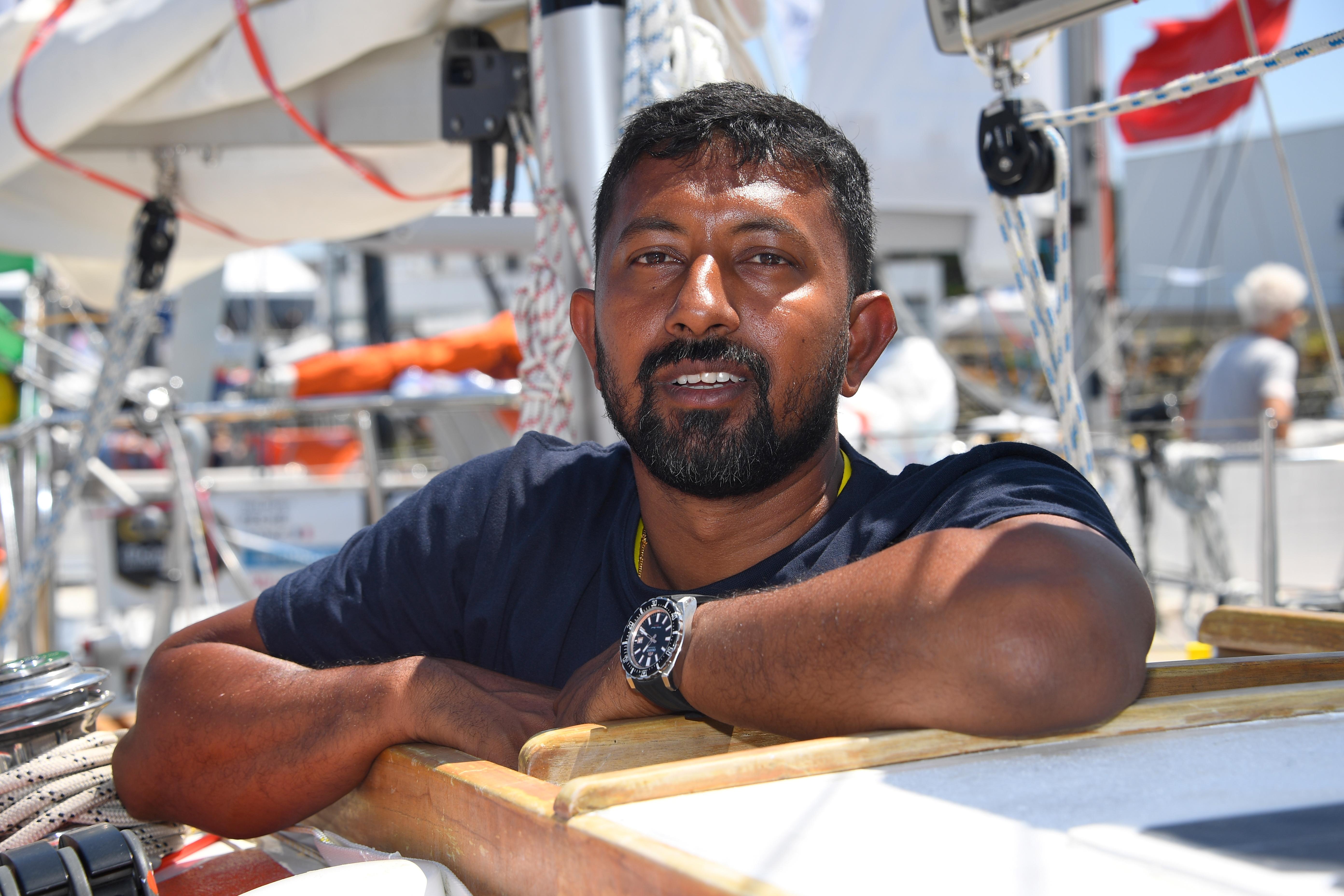 Két napja a tengeren hánykolódik egy indiai vitorlásversenyző, miután súlyosan megsérült egy viharban
