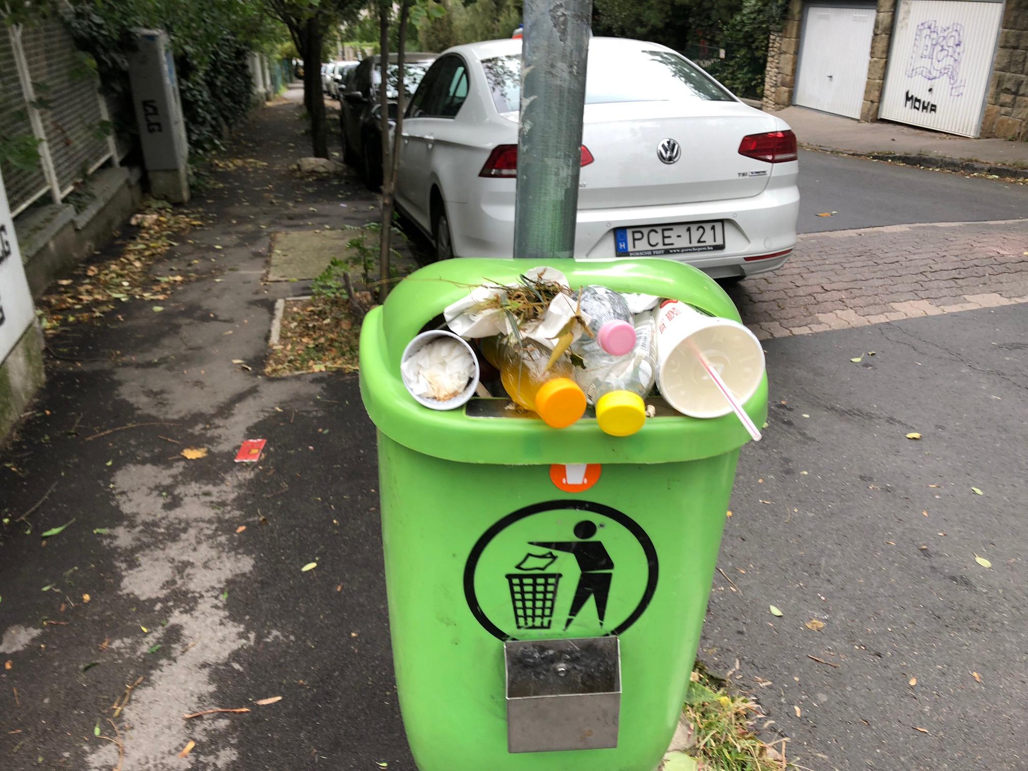 Hahó budapestiek! Nálatok sem ürítik az utcai szemeteseket hetek óta?