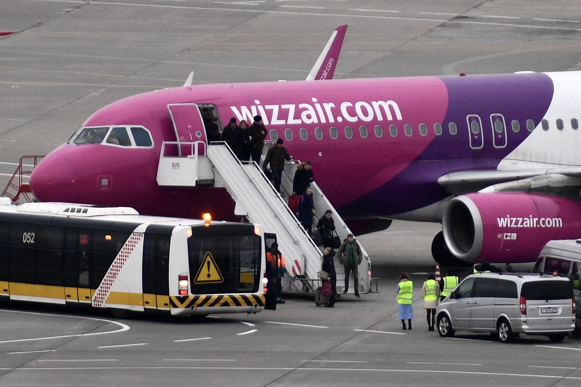 5 perc múlva itt a busz, ígérte a Wizz Air éjfélkor, majd 4 órán át váratta magyar utasait a bezárt palermói reptér előtt