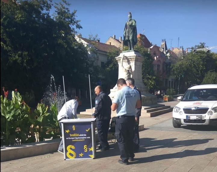 A szekszárdi önkormányzat emberei elzavarták a Európai Ügyészségért aláírást gyűjtő aktivistákat