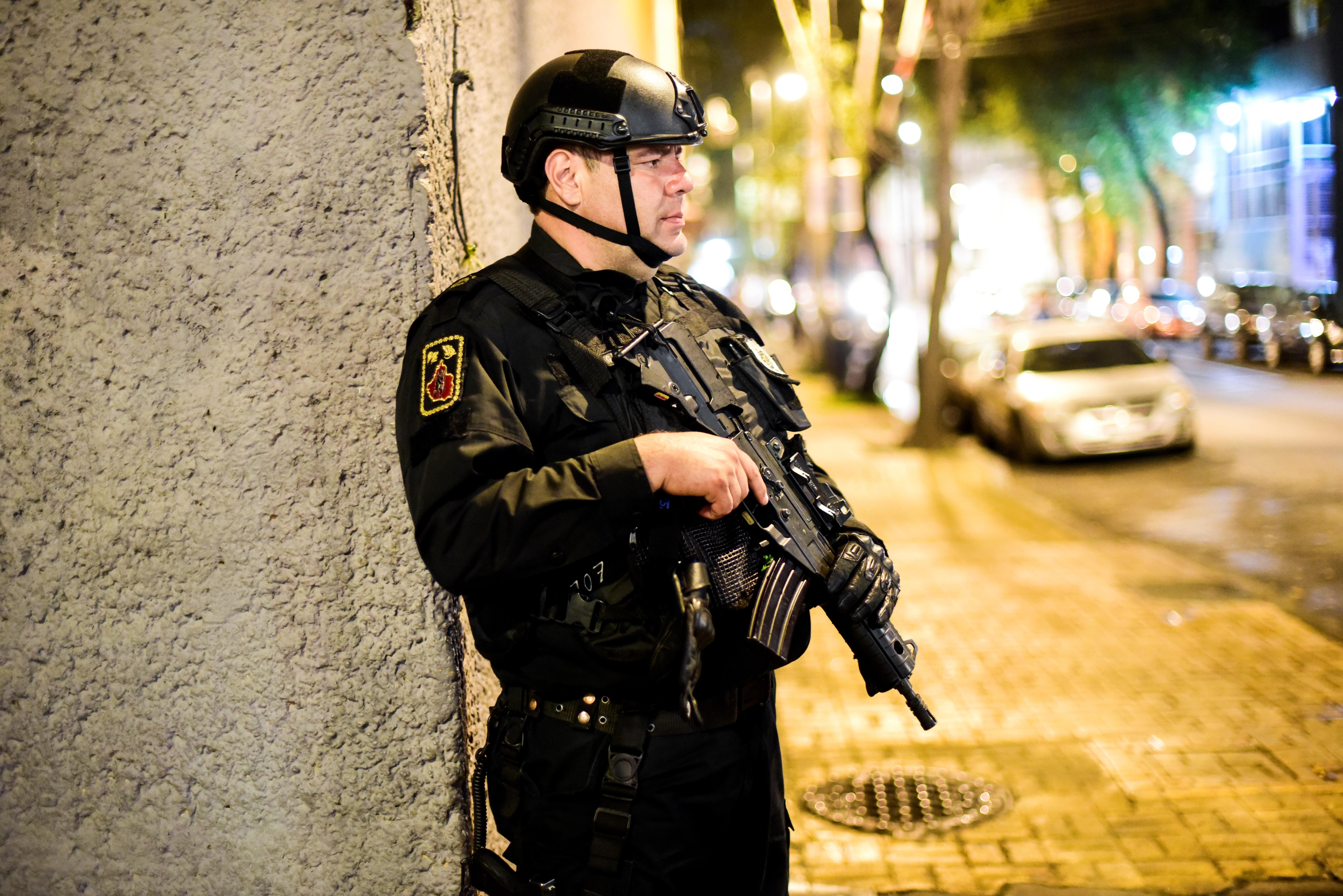 Százfős tömeg lincselt meg és gyújtott fel egy rendőrt Mexikóban