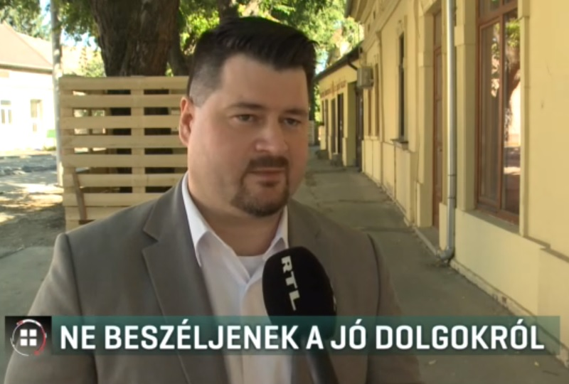 Lázár sajtósa azt állítja, csak a hódmezővásárhelyi fideszes képviselők iránti tiszteletből írta nekik, hogy még pozitív témában se nyilatkozzanak a sajtónak