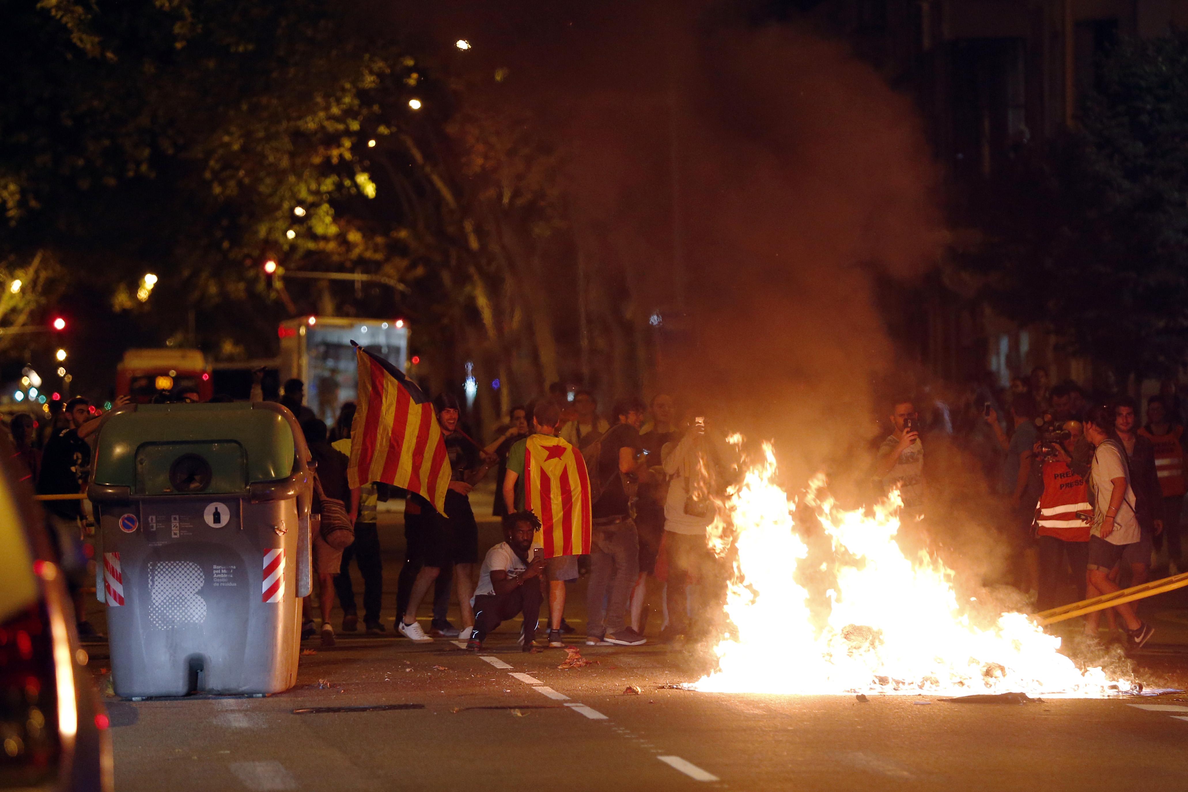 Barcelonában gumibotokkal ütötték a tüntetőket a függetlenségi népszavazás első évfordulóján