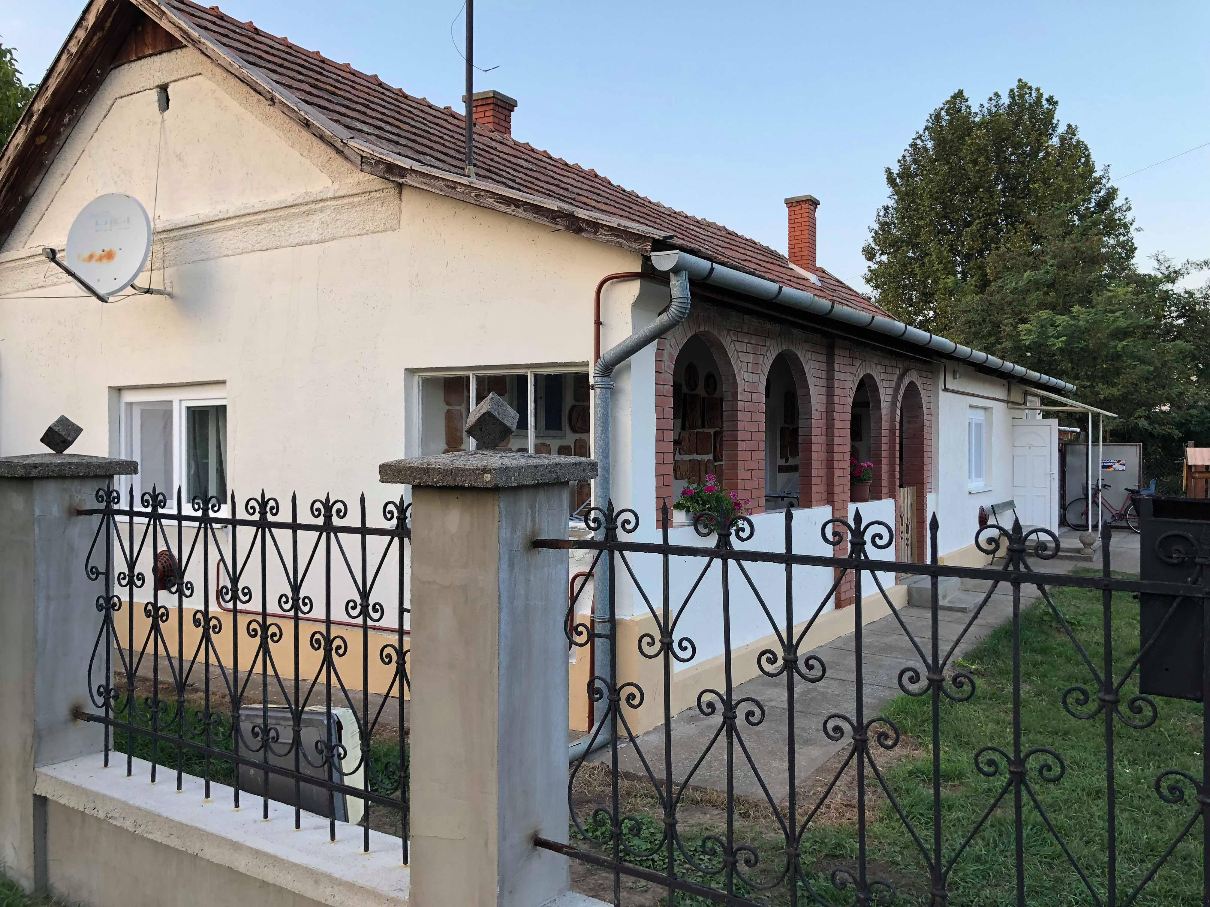 Saját családjának utalta ki soron kívül a város egyetlen felújított önkormányzati bérlakását Tiszafüred polgármestere