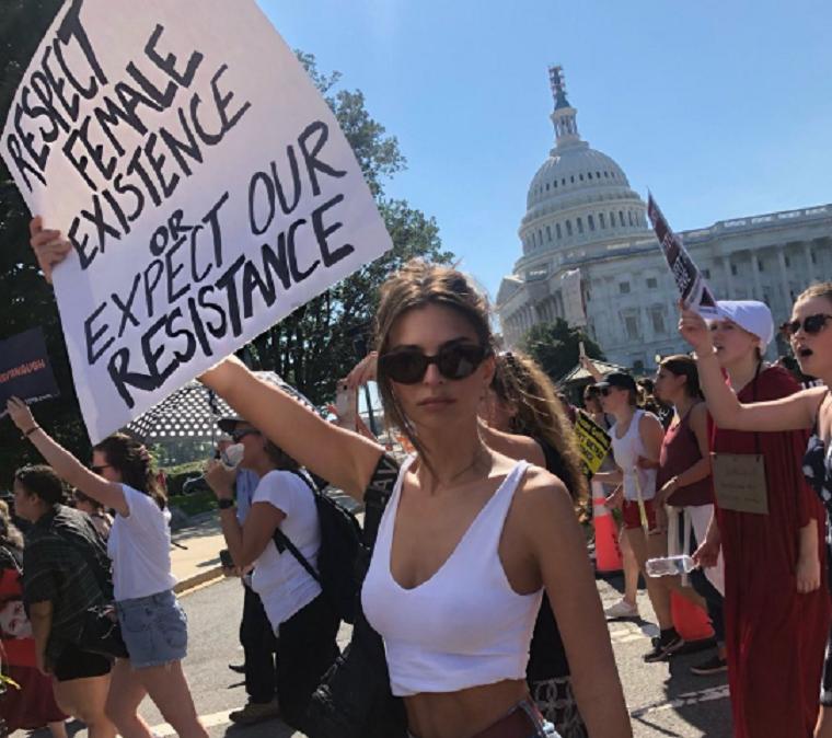 Amy Schumert és Emily Ratajkowskit is letartóztatták a Kavanaugh elleni tüntetésen