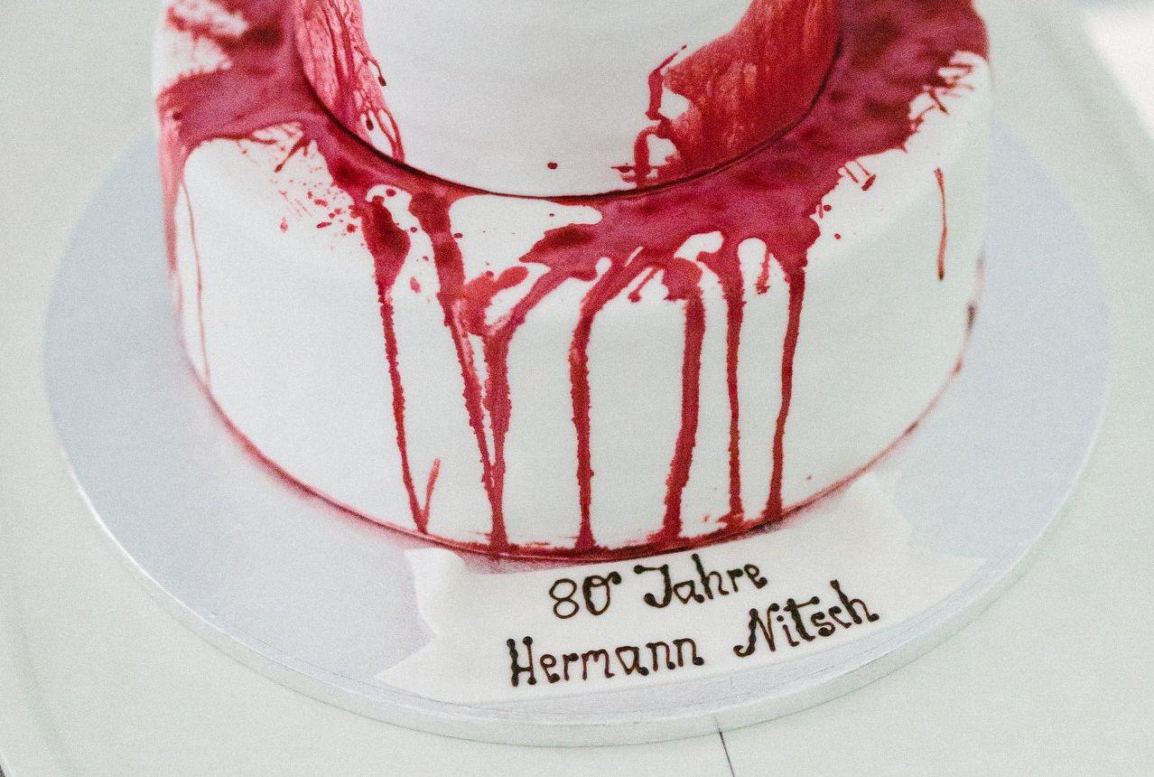 Véres tortával ünnepelték Hermann Nitsch 80. születésnapját