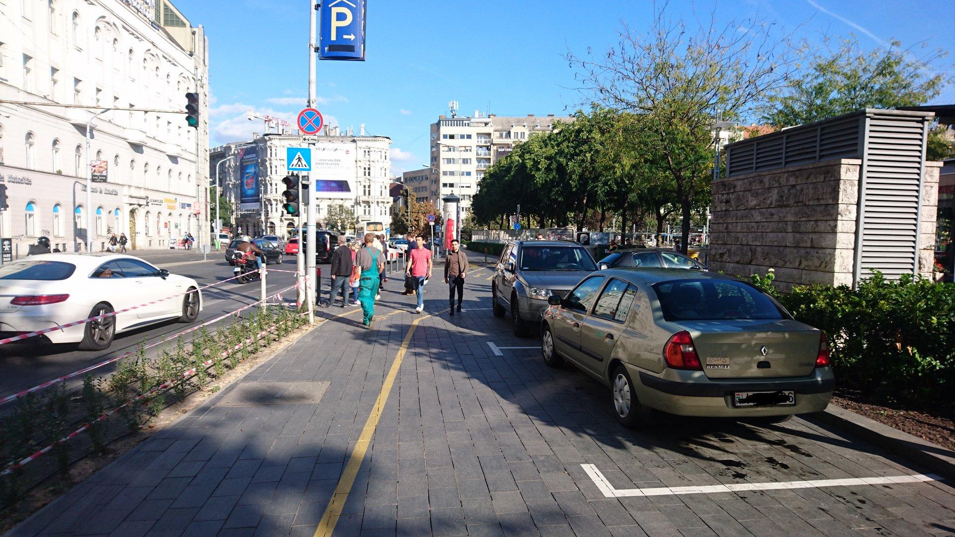 Elvették a járdát a gyalogosoktól, hogy az Erzsébet téri mélygarázs bejáratánál (!) is parkolhasson még négy autó