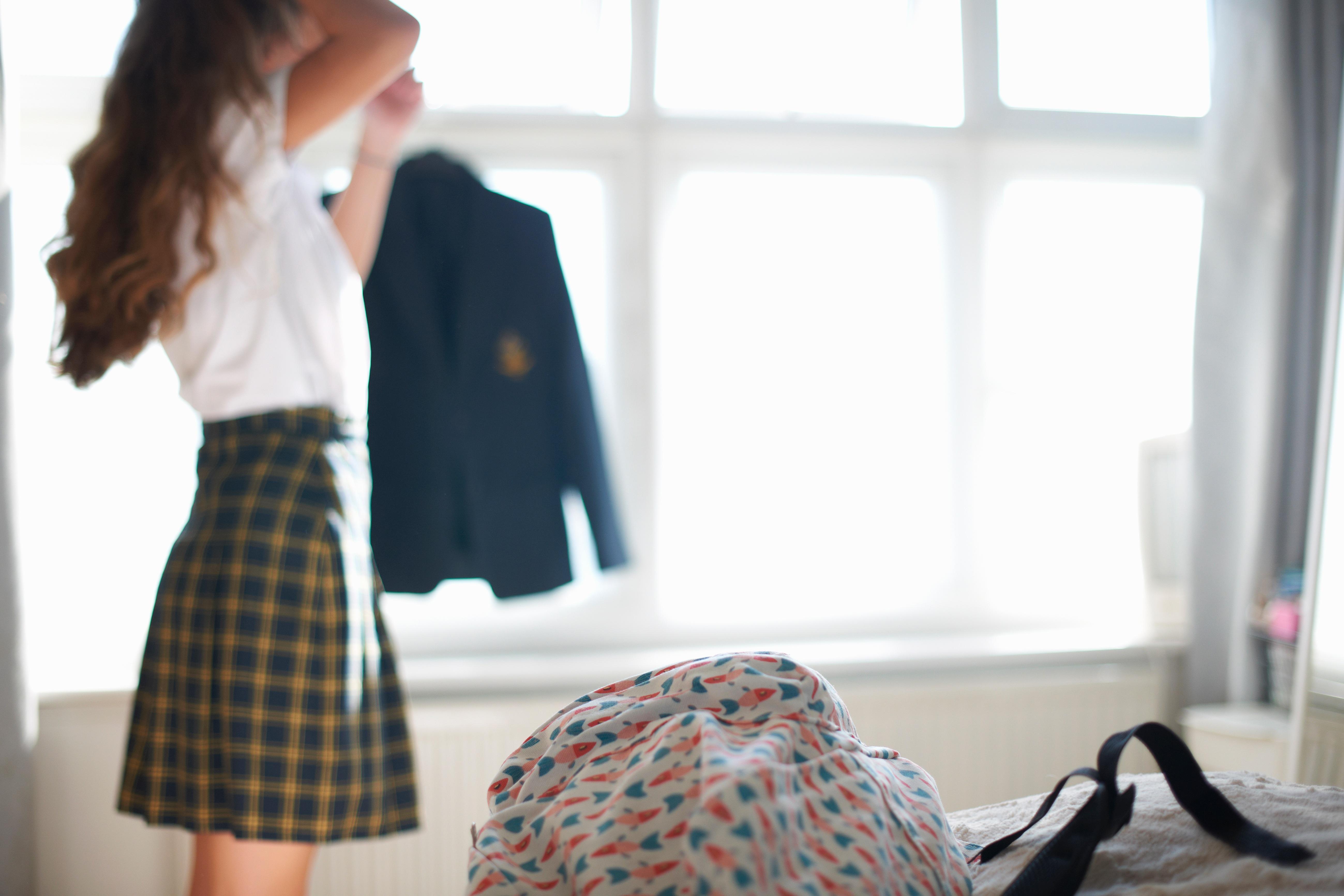 Az egyenruhás diáklányok harmadát tettleg is zaklatják Nagy-Britanniában